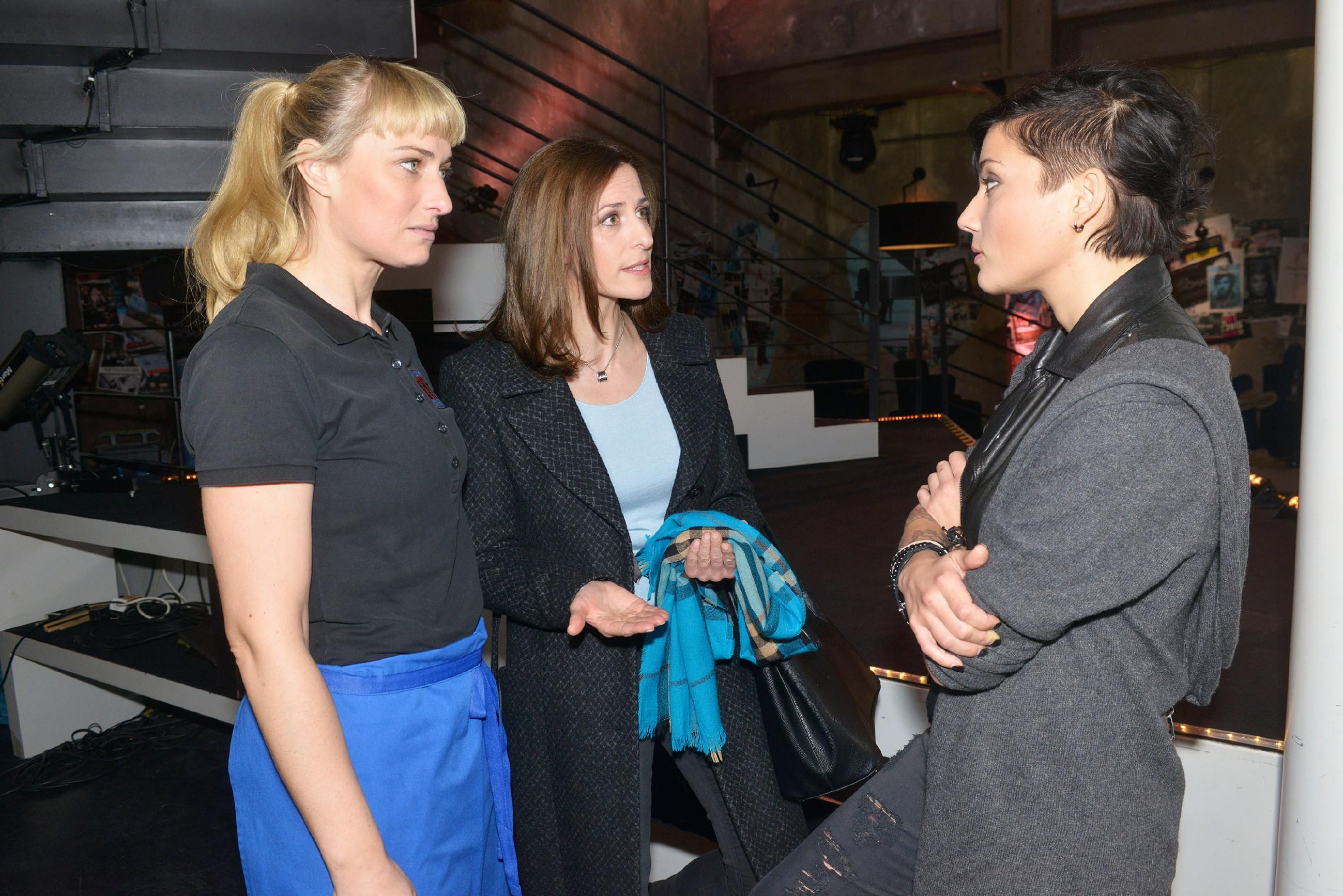 Katrin (Ulrike Frank, M.) erkennt, wie nervös Maren (Eva Mona Rodekirchen, l.) und Anni (Linda Marlen Runge) wegen der aktuellen Ereignisse sind. (Quelle: RTL / Rolf Baumgartner)