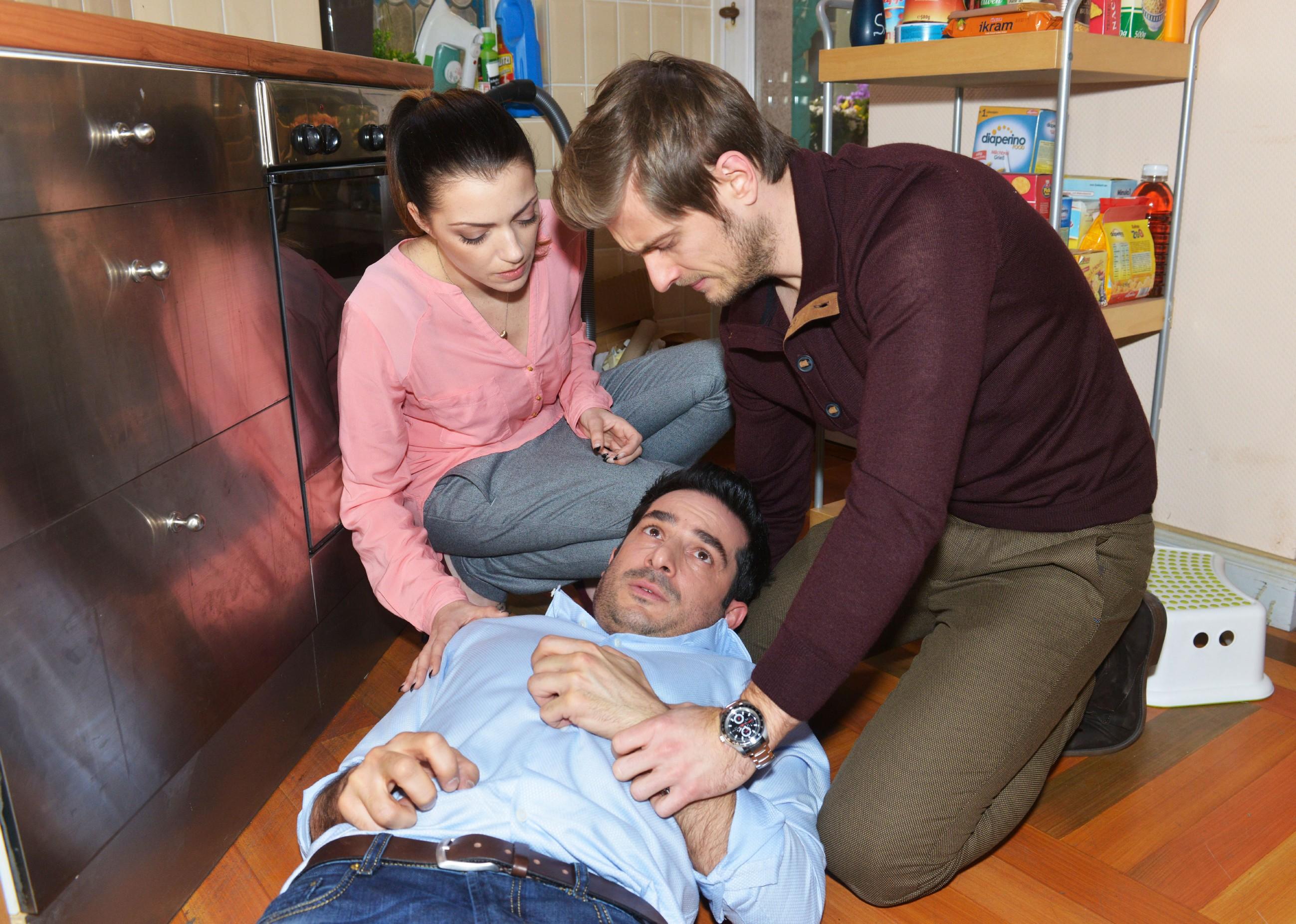 Emily (Anne Menden) und Philip (Jörn Schlönvoigt, r.) sind geschockt, als Tayfun (Tayfun Baydar) einen epileptischen Anfall bekommt... (Quelle: RTL / Rolf Baumgartner)