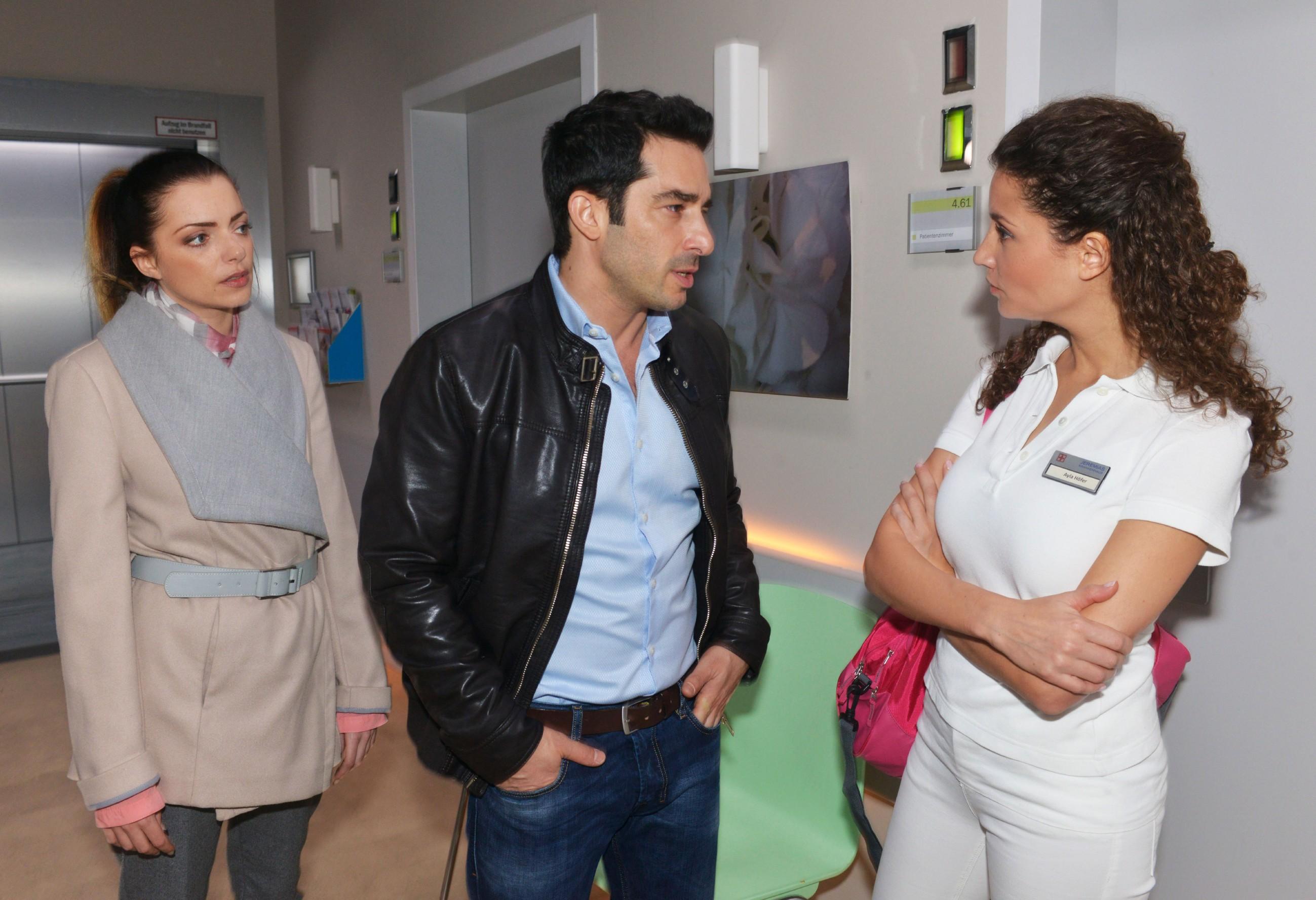 Emily (Anne Menden, l.) hat kein Verständnis dafür, dass Tayfun (Tayfun Baydar) mit seinem Leben anscheinend schon abgeschlossen hat und sich bereits von Ayla (Nadine Menz) verabschiedet. (Quelle: RTL / Rolf Baumgartner)