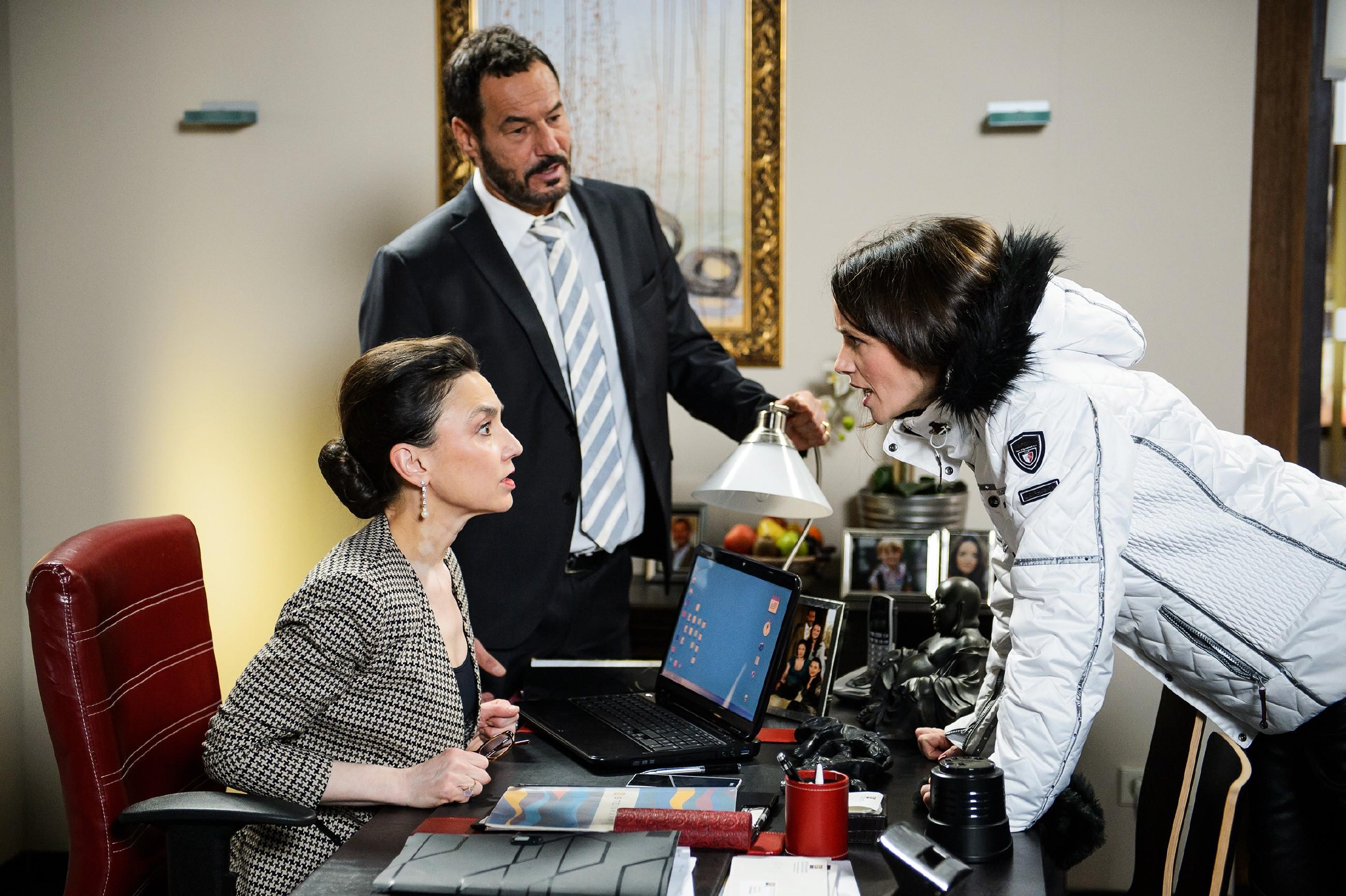 Jenny (Kaja Schmidt-Tychsen, r.) erfährt fassungslos von Simone (Tatjana Clasing), dass sich die Journalisten mal wieder um Diana reißen. Auch Richard (Silvan-Pierre Leirich) gelingt es nicht, seine Tochter zu besänftigen. (Quelle: RTL / Willi Weber)