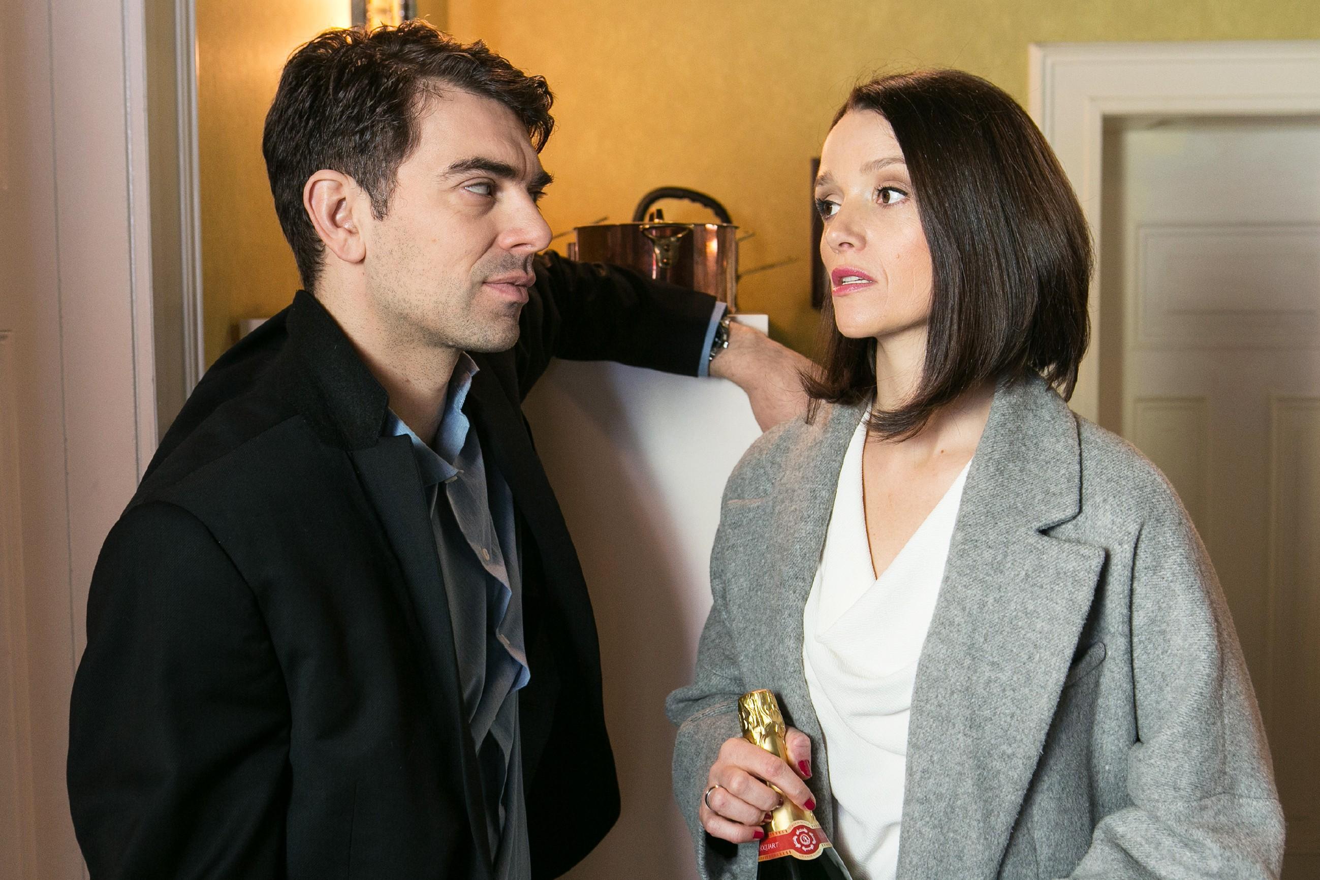 Veit (Carsten Clemens) verspricht Jenny (Kaja Schmidt-Tychsen), dass er Diana für sie loswerden wird. (Quelle: RTL / Kai Schulz)