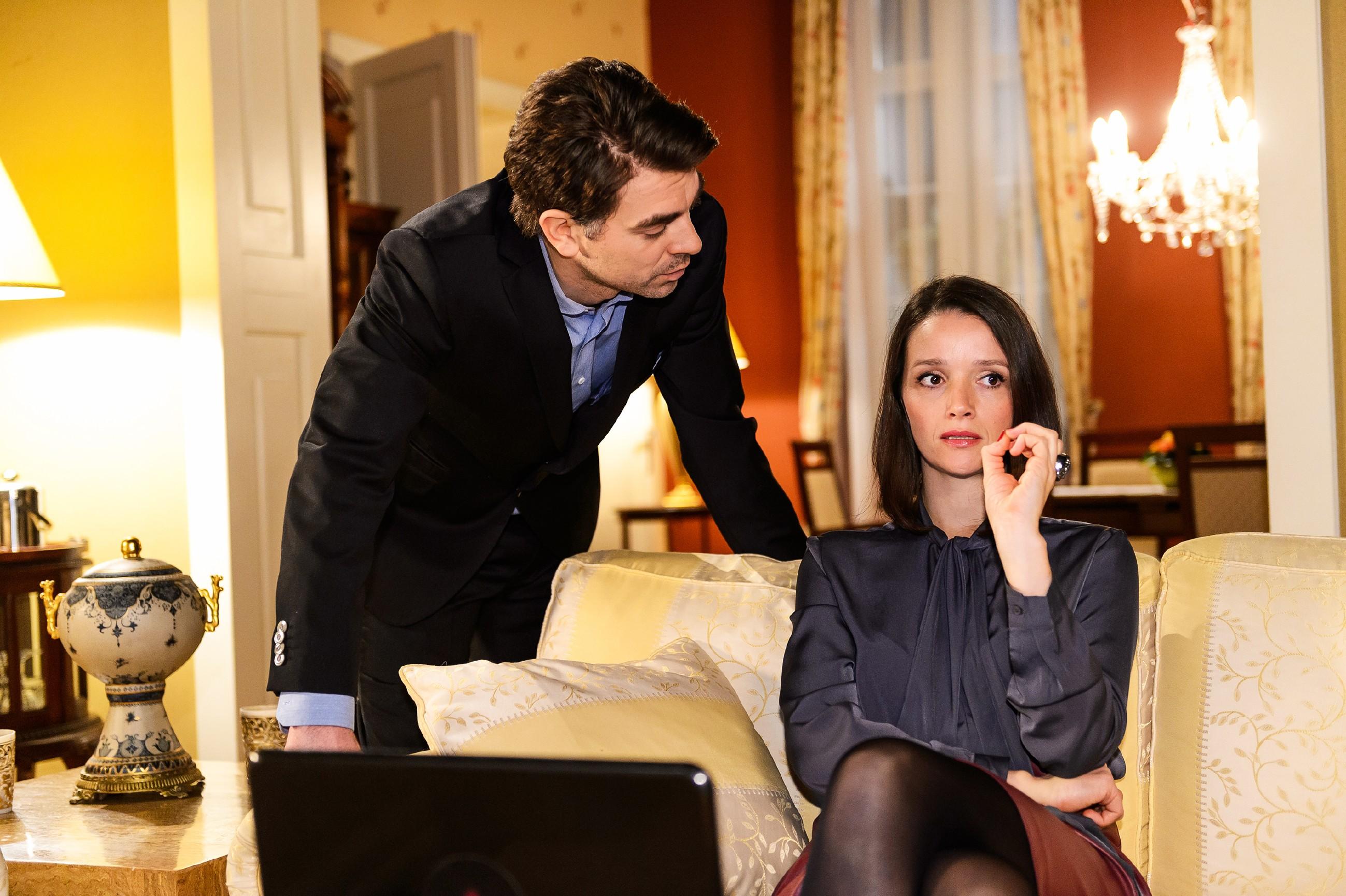 Jenny (Kaja Schmidt-Tychsen) fordert Veits (Carsten Clemens) Unterstützung bei ihrem Plan ein, Diana wieder loszuwerden. (Quelle: RTL / Willi Weber)