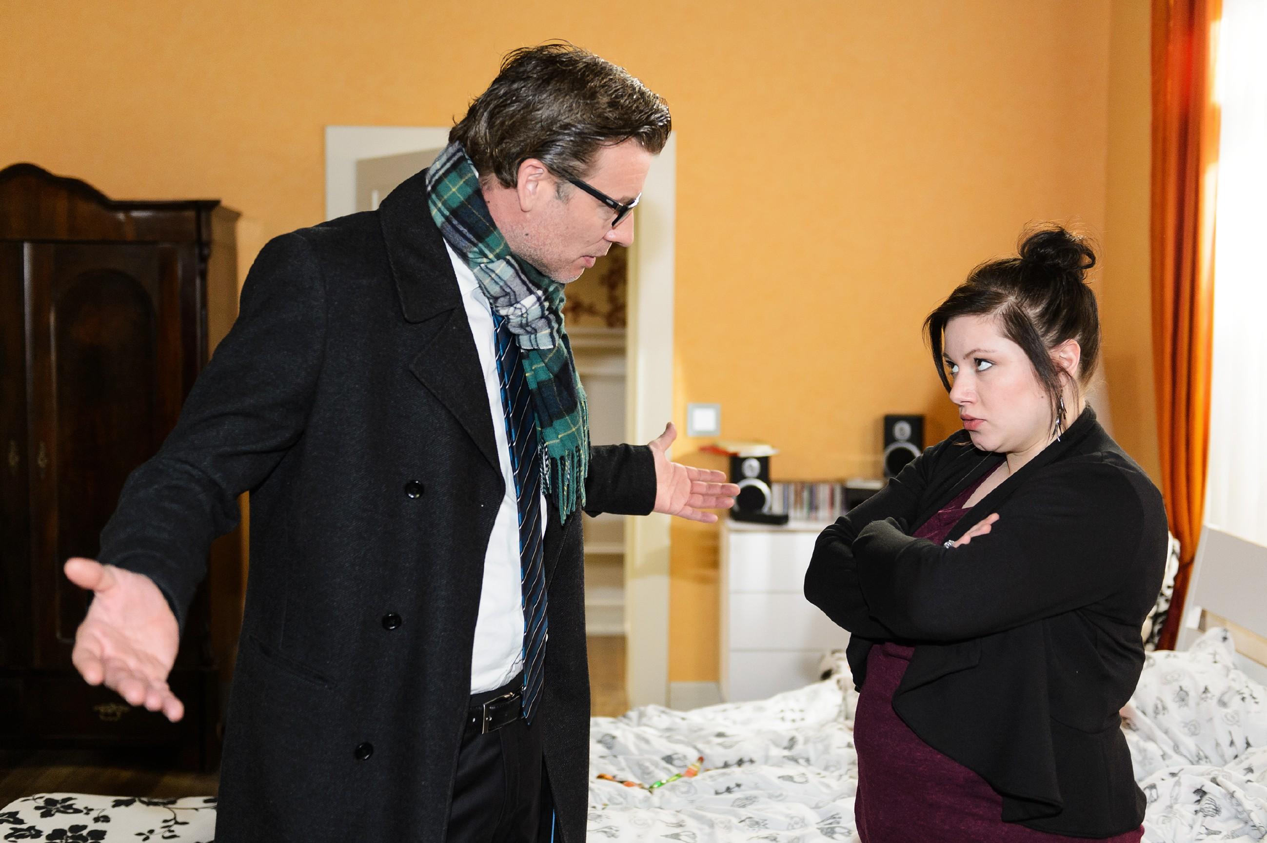 Als Vanessa (Julia Augustin) stur bei ihrer Idee vom Freifahrtschein bleibt, geht Christoph (Lars Korten) scheinbar darauf ein. (Quelle: RTL / Willi Weber)