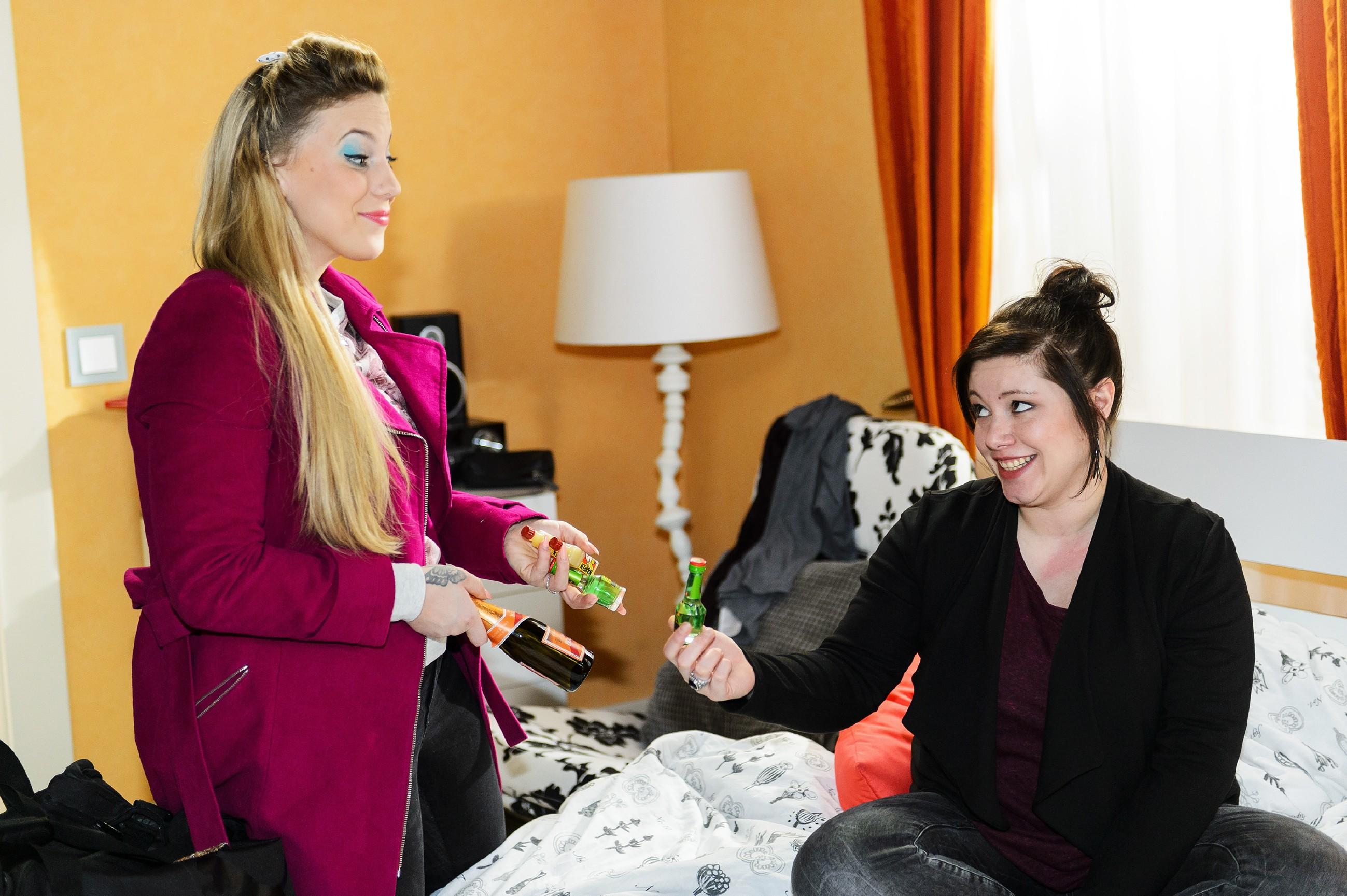 Iva (Christina Klein, l.) taucht bei Vanessa (Julia Augustin) mit einem Sortiment unterschiedlicher Schnapsfläschchen für Vanessas anstehenden Junggesellinnenabschied auf. (Quelle: RTL / Willi Weber)