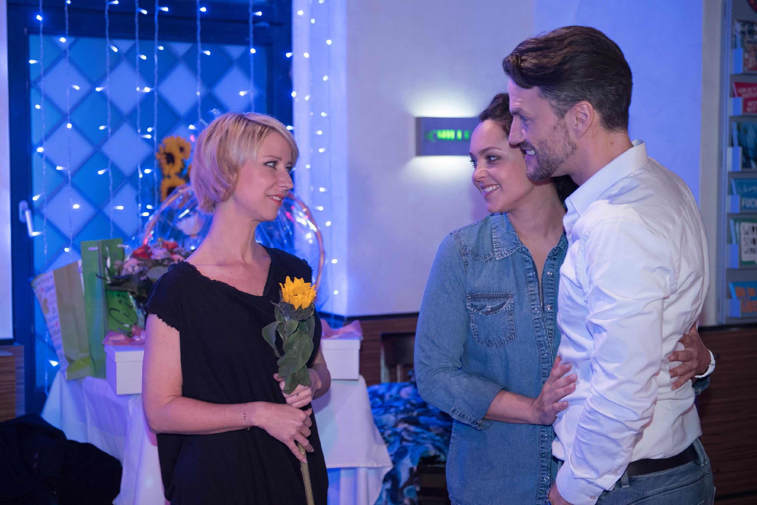 Glücklich stellt Ute (Isabell Hertel, l.) an ihrem vierzigsten Geburtstag fest, dass sie mit Caro (Ines Kurenbach) und Malte (Stefan Bockelmann) tolle Freunde hat. (Quelle: RTL / Stefan Behrens)