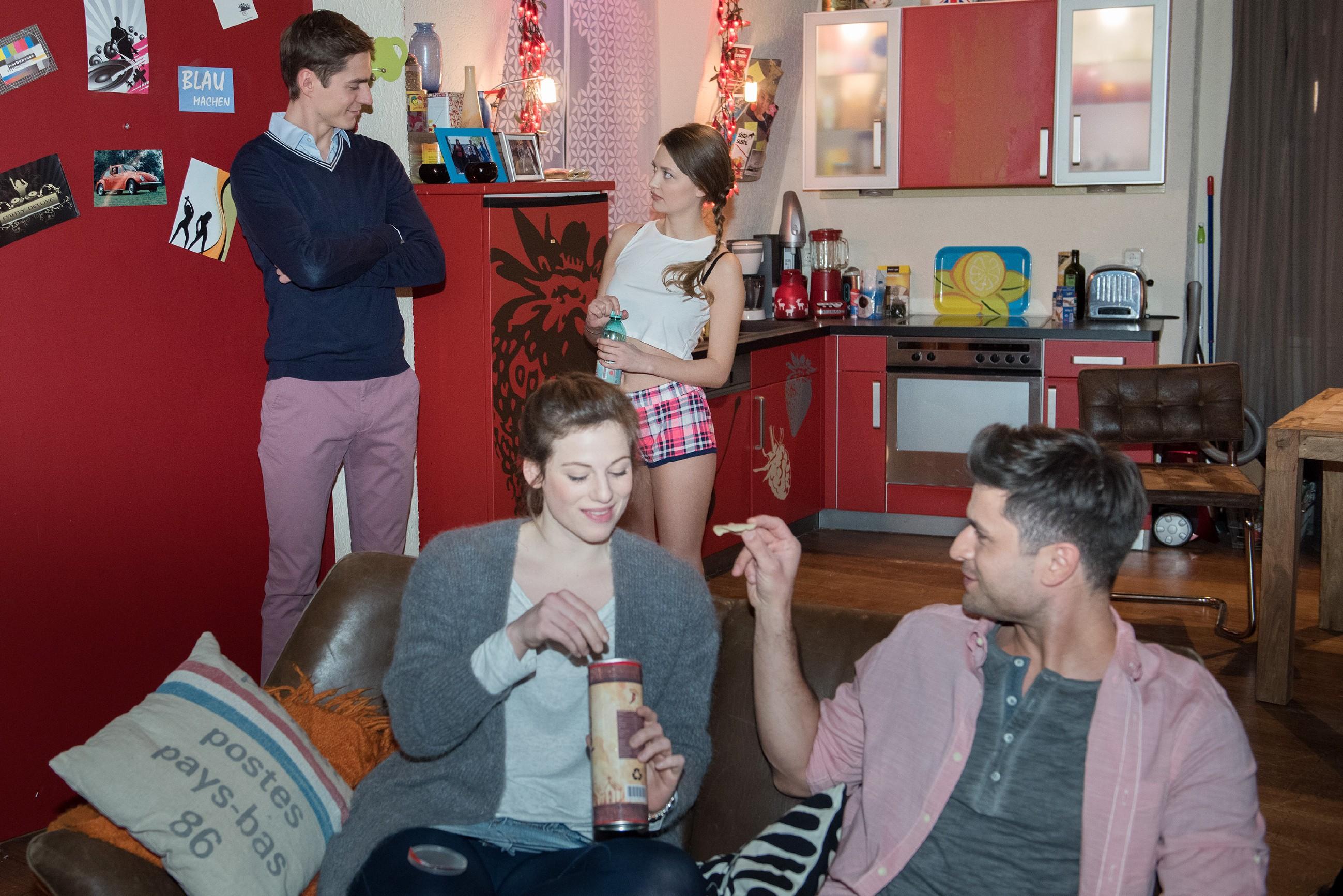 Während Paco (Milos Vukovic, r.) und Elli (Nora Koppen, vorne l.) verliebt turteln, kommt Ringo (Timothy Boldt) auf die Idee, Jule (Amrei Haardt) als kostengünstiges Model für ein Beachbody-Shooting zu nutzen. (Quelle: RTL / Stefan Behrens)