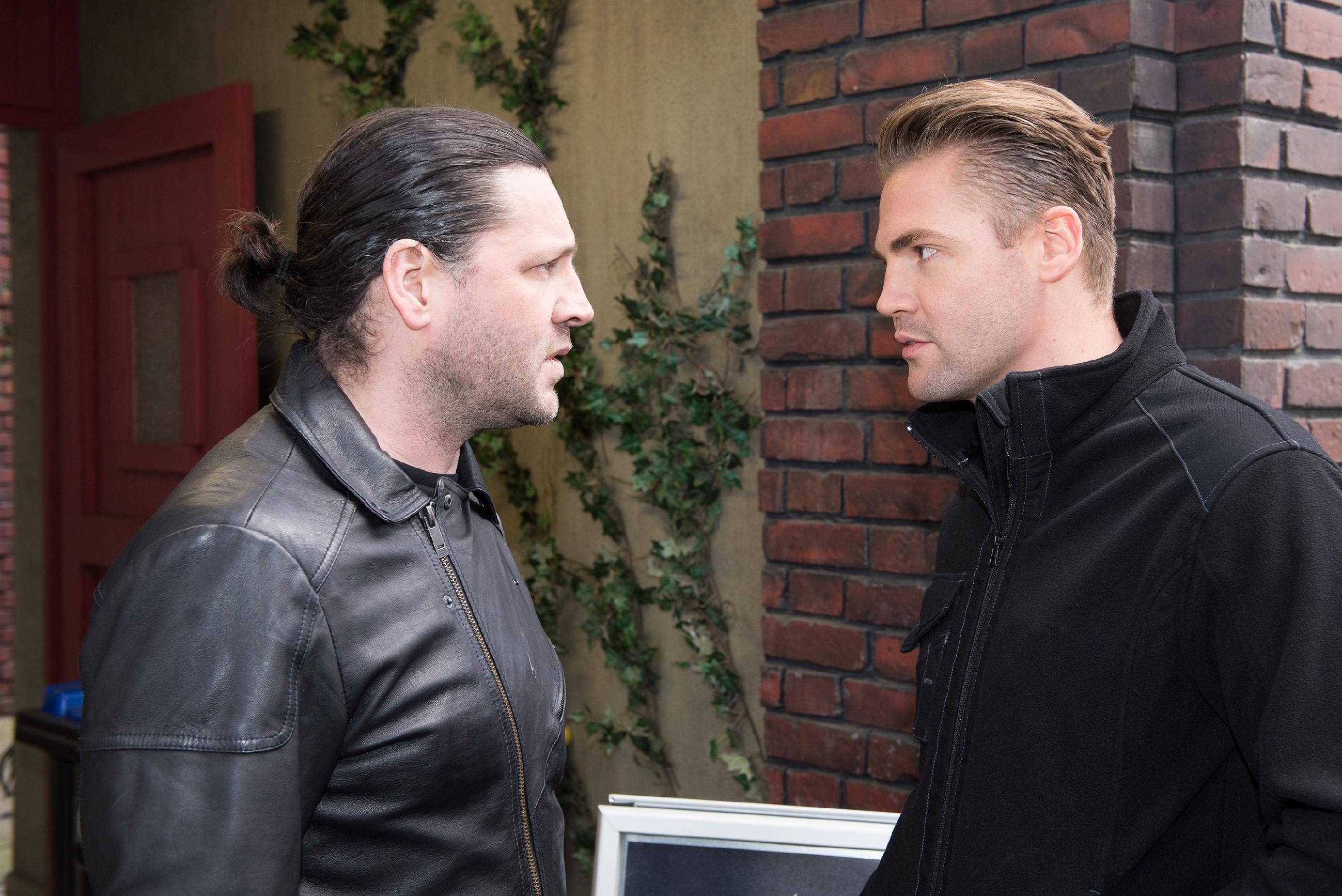 Rolf (Stefan Franz, l.) weist Bambis (Benjamin Heinrich) Hilfsangebote genervt ab, um seinen Plan in Ruhe zu vollenden. (Quelle: RTL / Stefan Behrens)