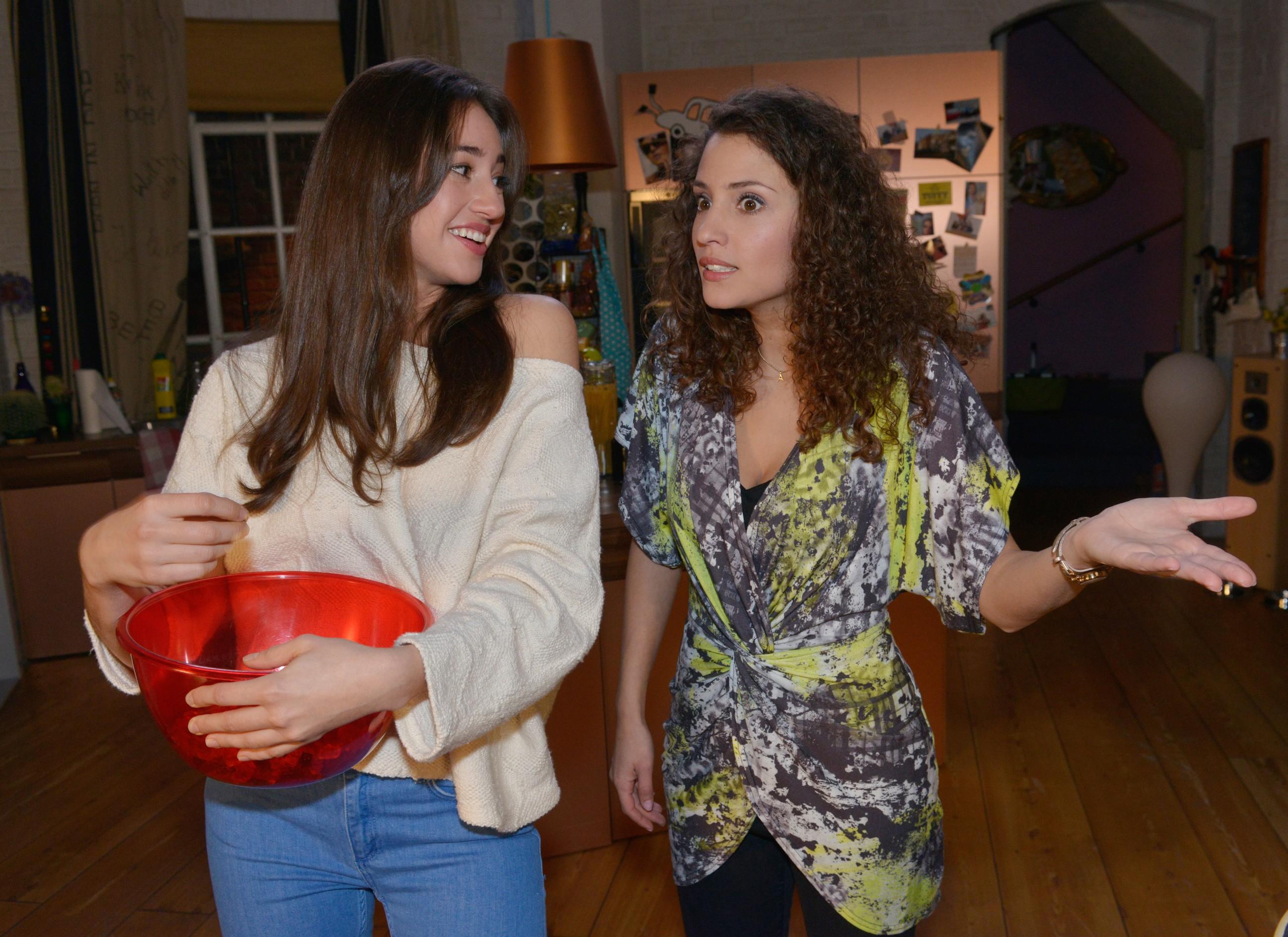 Elena (Elena Garcia Gerlach, l.) findet, dass Ayla (Nadine Menz) ihre Fürsorge bei Selma übertreibt. (Quelle: RTL / Rolf Baumgartner)