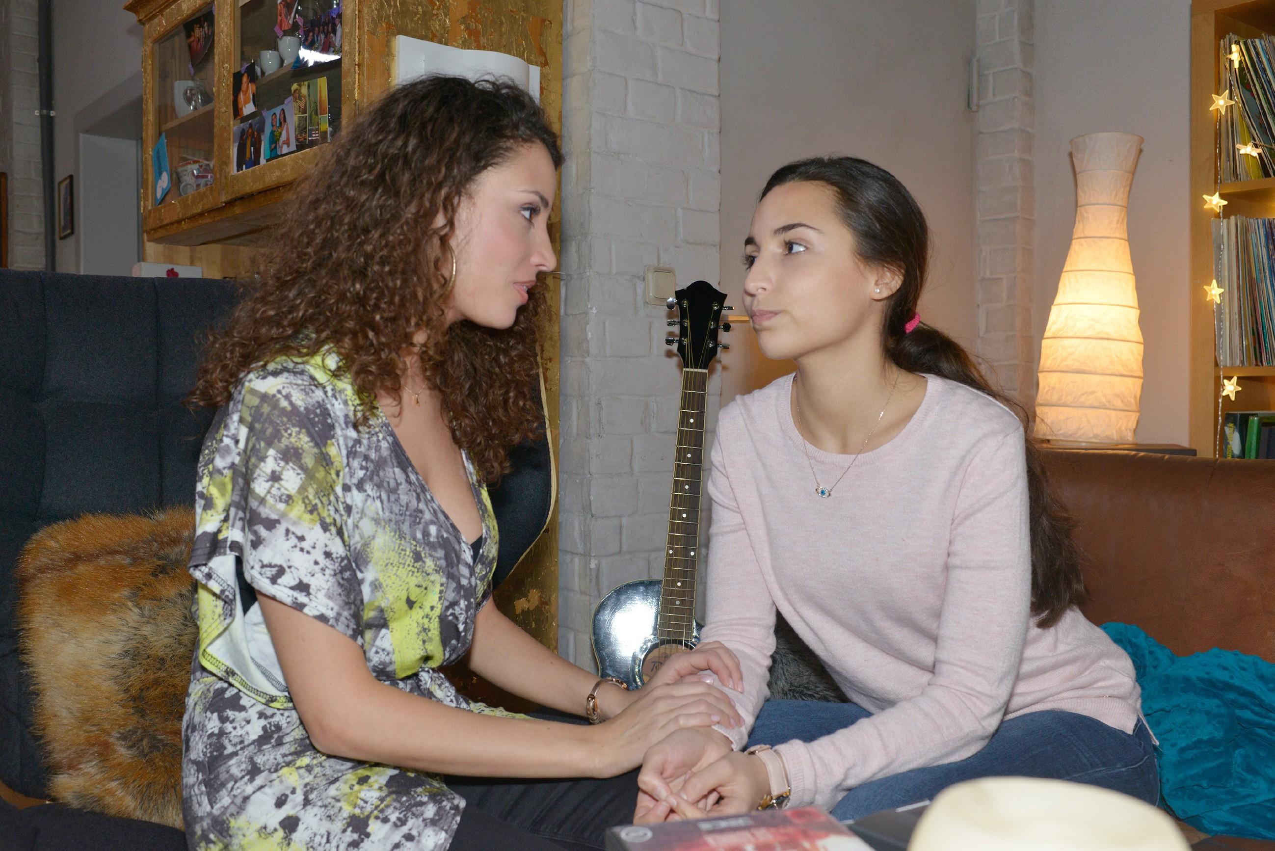 Ayla (Nadine Menz, l.) versucht mit Selma (Rona Özkan) über Jonas zu sprechen, doch die blendet alles aus und schwebt auf Wolke 7. (Quelle: RTL / Rolf Baumgartner)