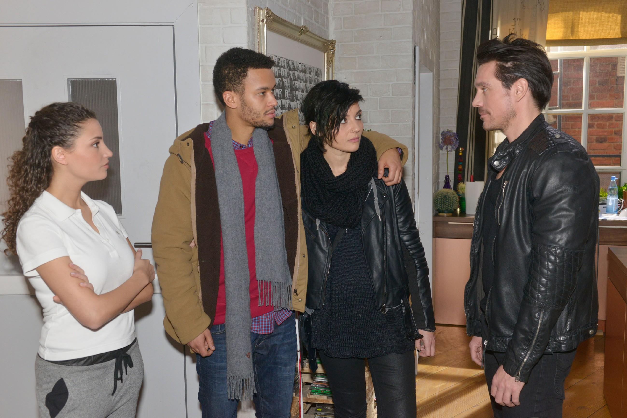David (Philipp Christopher, r.) trifft auf Ayla (Nadine Menz, l.), Amar (Thando Walbaum) und Anni (Linda Marlen Runge) und registriert interessiert, wie nah sich Amar und Anni stehen. (Quelle: RTL / Rolf Baumgartner)