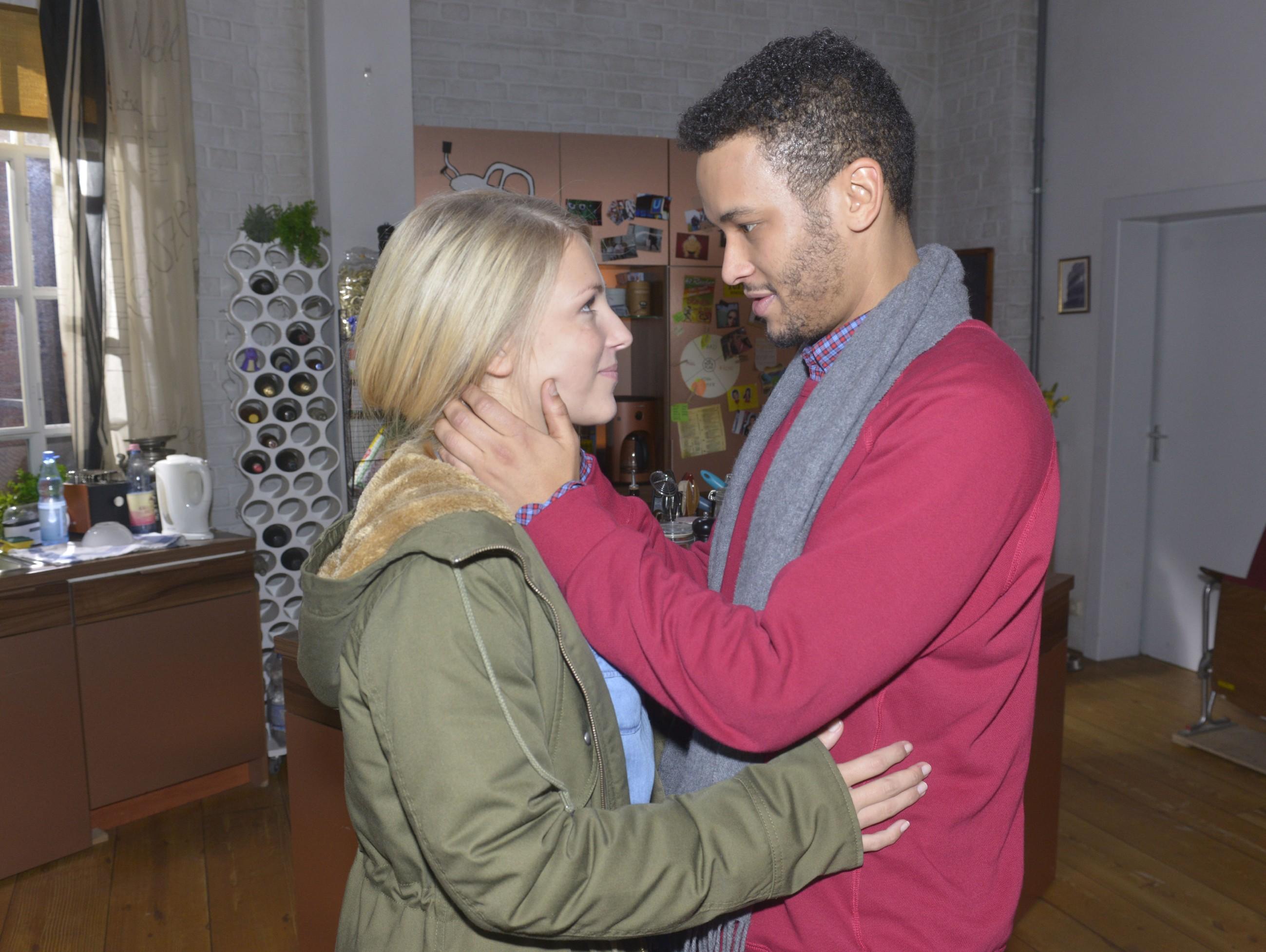 Amar (Thando Walbaum) versucht seine Ängste vor Lilly (Iris Mareike Steen) zu verbergen. (Quelle: RTL / Rolf Baumgartner)