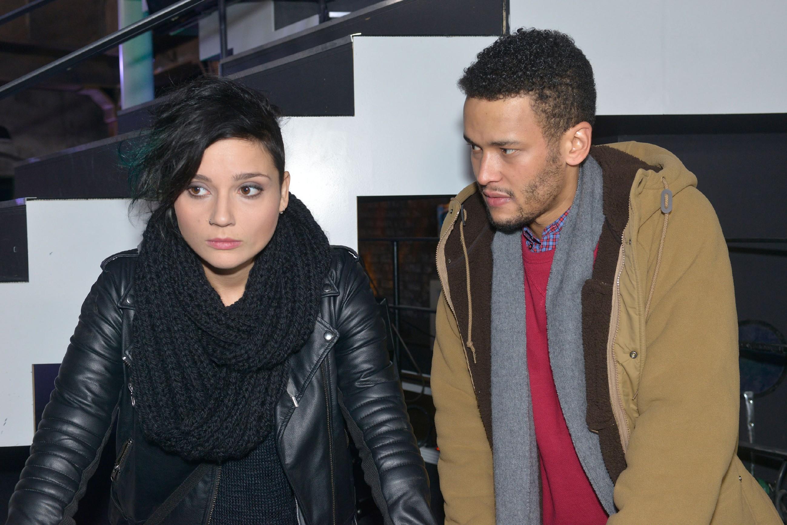 Amar (Thando Walbaum) warnt Anni (Linda Marlen Runge) vor David und ahnt nicht, dass er ihm schon selbst in die Falle getappt ist. (Quelle: RTL / Rolf Baumgartner)