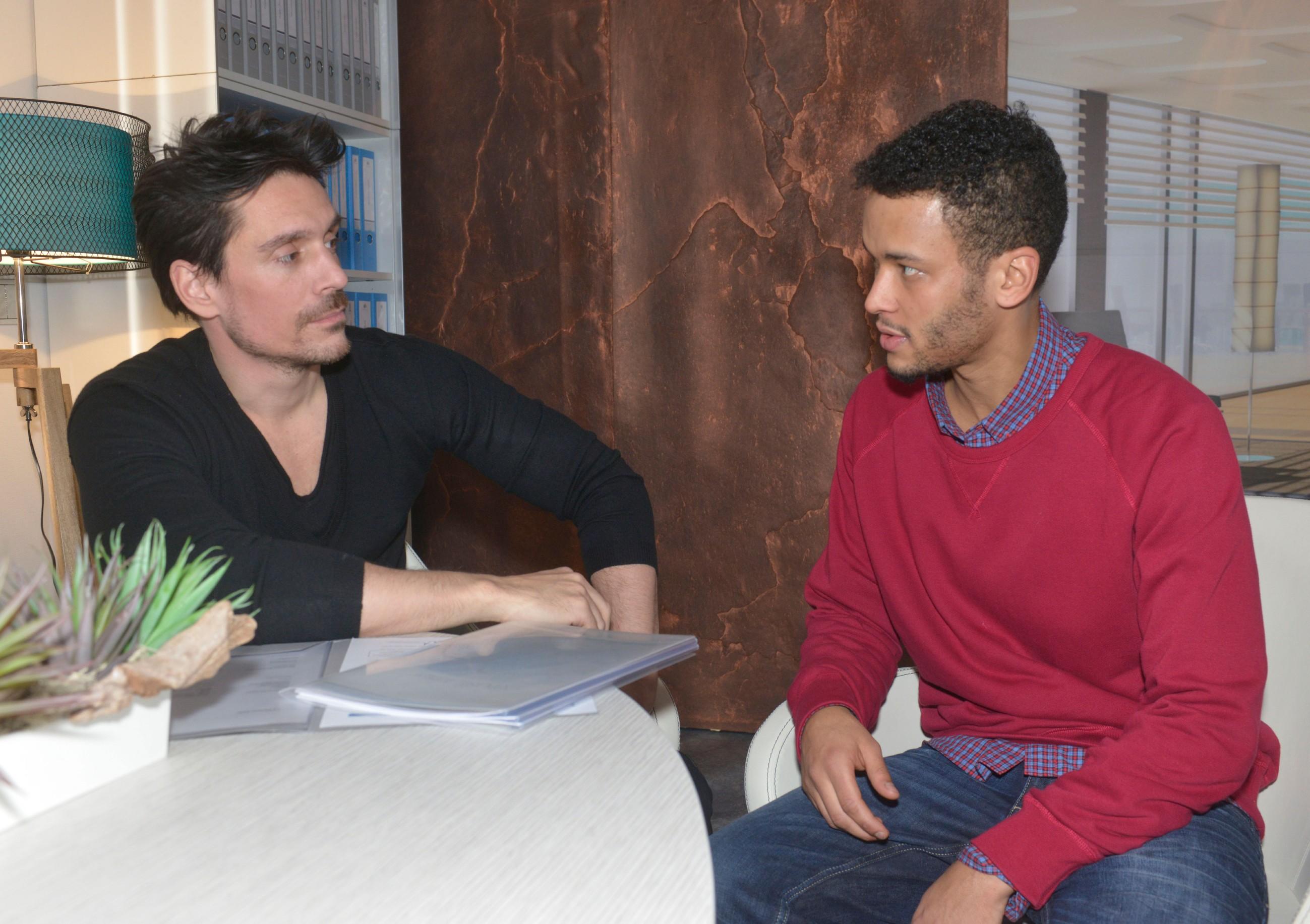 Als David (Philipp Christopher, l.) mutmaßt, dass nur Amar (Thando Walbaum) Anni bei der Leichenentsorgung geholfen haben kann, beginnt er Amar konsequent unter Druck zu setzen... (Quelle: RTL / Rolf Baumgartner)
