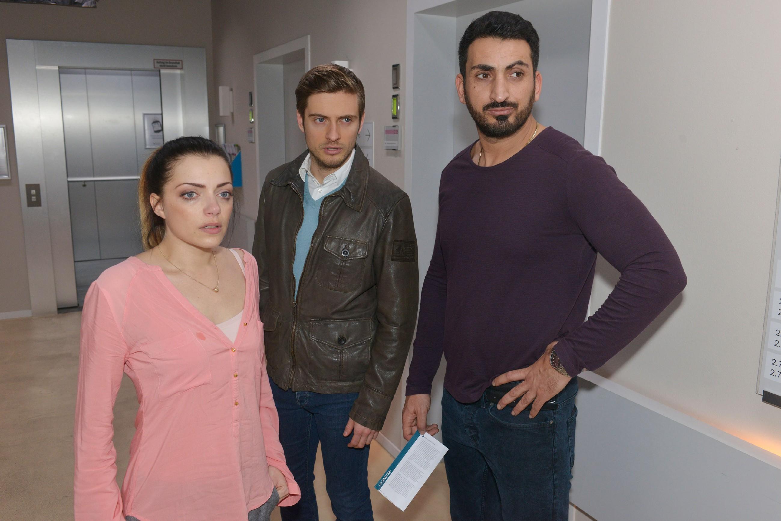 Emily (Anne Menden), Philip (Jörn Schlönvoigt, M.) und Mesut (Mustafa Alin) hoffen, dass Tayfuns OP ohne Komplikationen verläuft. (Quelle: RTL / Rolf Baumgartner)