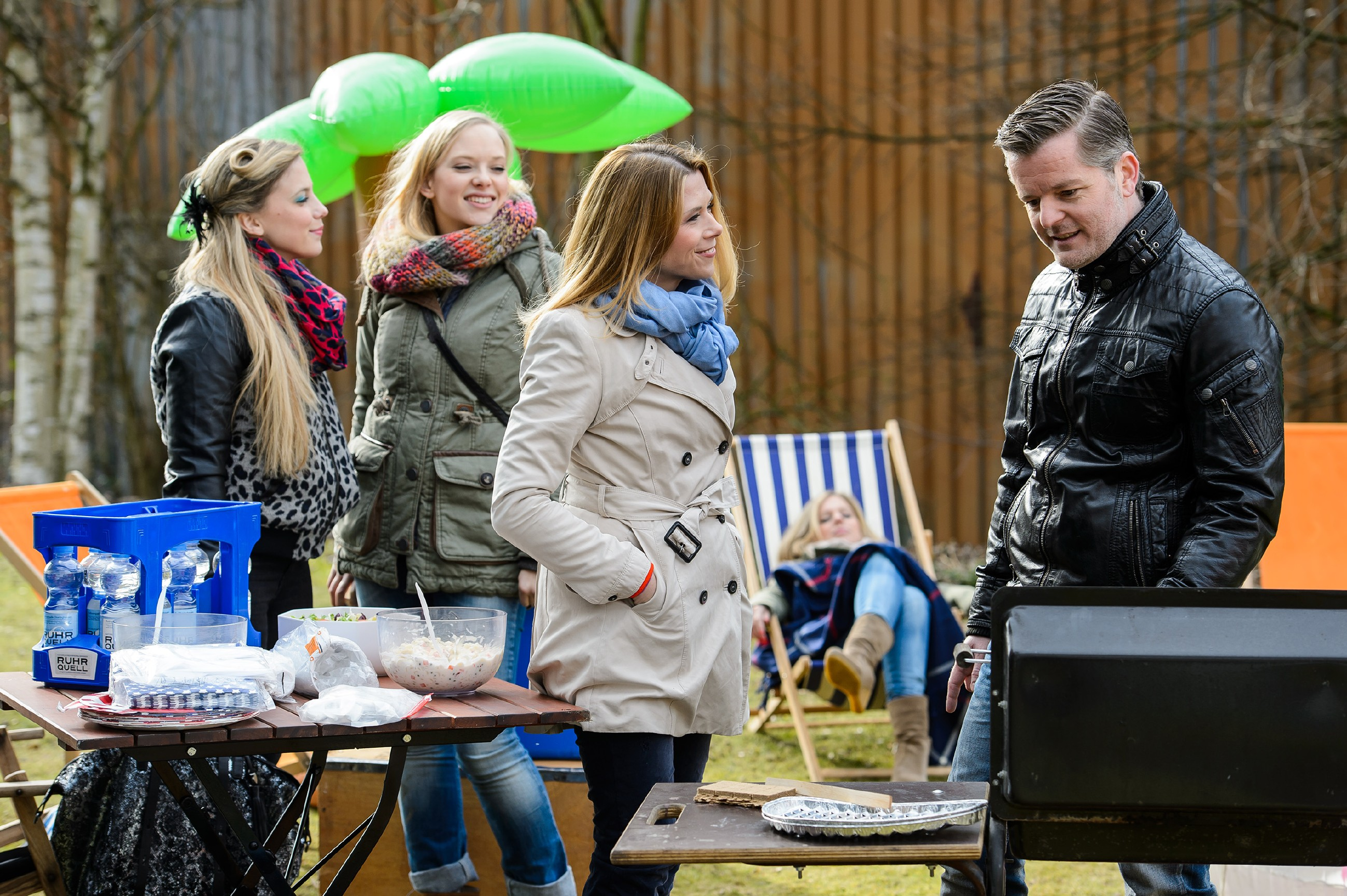 Diana (Tanja Szewczenko, M.) feiert mit ihren Freunden Iva (Christina Klein, l.), Marie (Judith Neumann, 2.v.l.) und Ingo (André Dietz) eine Rückkehr-Grillparty und genießt den schönen Nachmittag. (Quelle: RTL / Willi Weber)