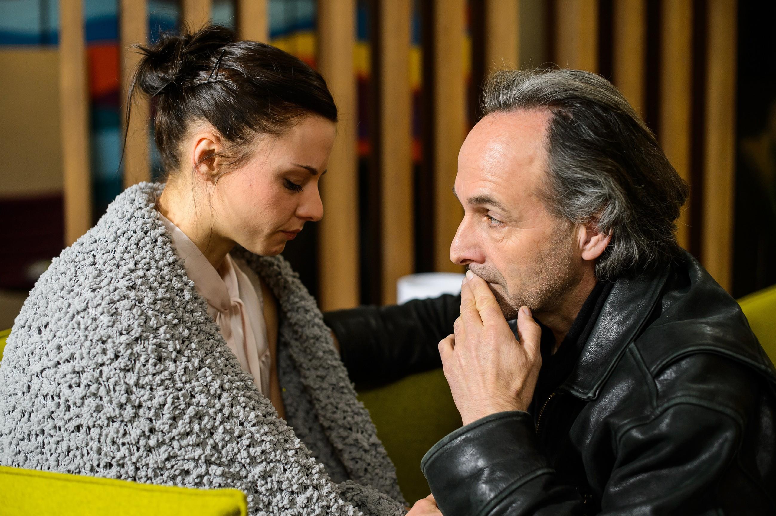 Johann (Holger Christian Gotha) kümmert sich um die völlig aufgelöste Kerstin (Julia SchäŠfle), die schwere Vorwürfe gegen Deniz erhebt: Er soll sie letzte Nacht betäubt und sich an ihr vergangen haben! (Quelle: RTL / Willi Weber)