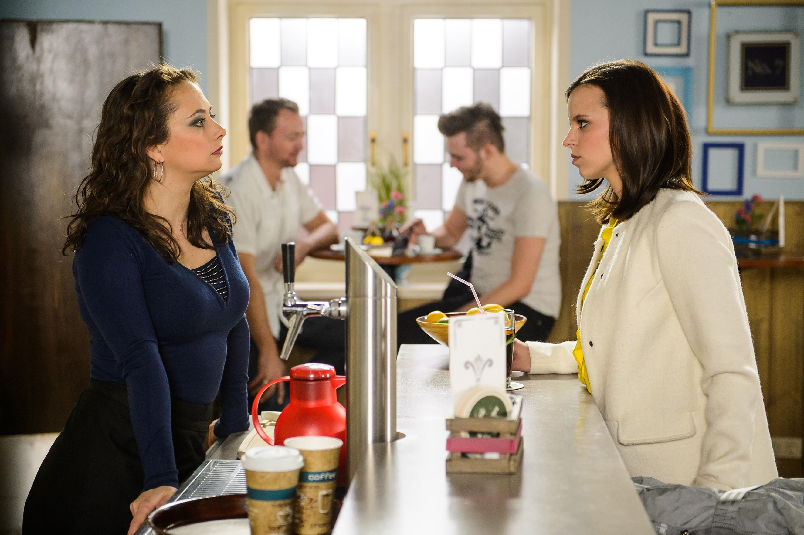 Michelle (Franziska Benz, r.) sagt Carmen (Heike Warmuth, l.) auf den Kopf zu, dass sie in Richard, den Mann ihrer Halbschwester, verliebt ist. (Quelle: RTL / Willi Weber)