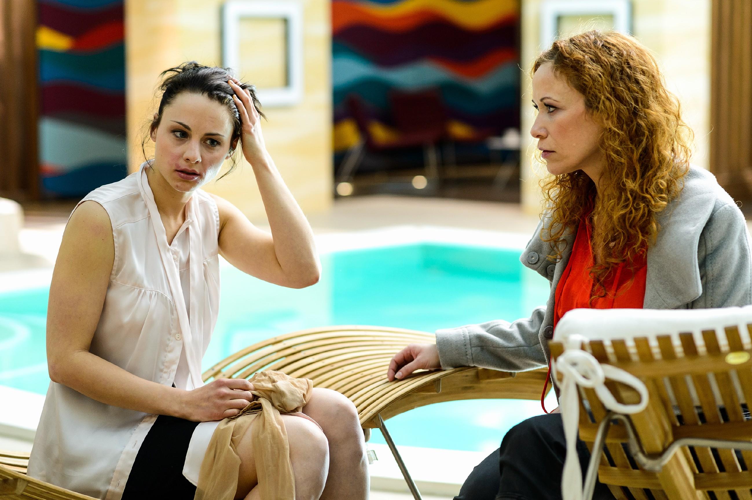 Kerstin (Julia Schäfle, l.) wacht völlig desorientiert im Poolbereich auf und muss geschockt glauben, dass Deniz sie letzte Nacht missbraucht hat. Brigitte (Madlen Kaniuth) versucht sie zu beruhigen und lässt sich von ihr die Vorkommnisse schildern. (Quelle: RTL / Willi Weber)