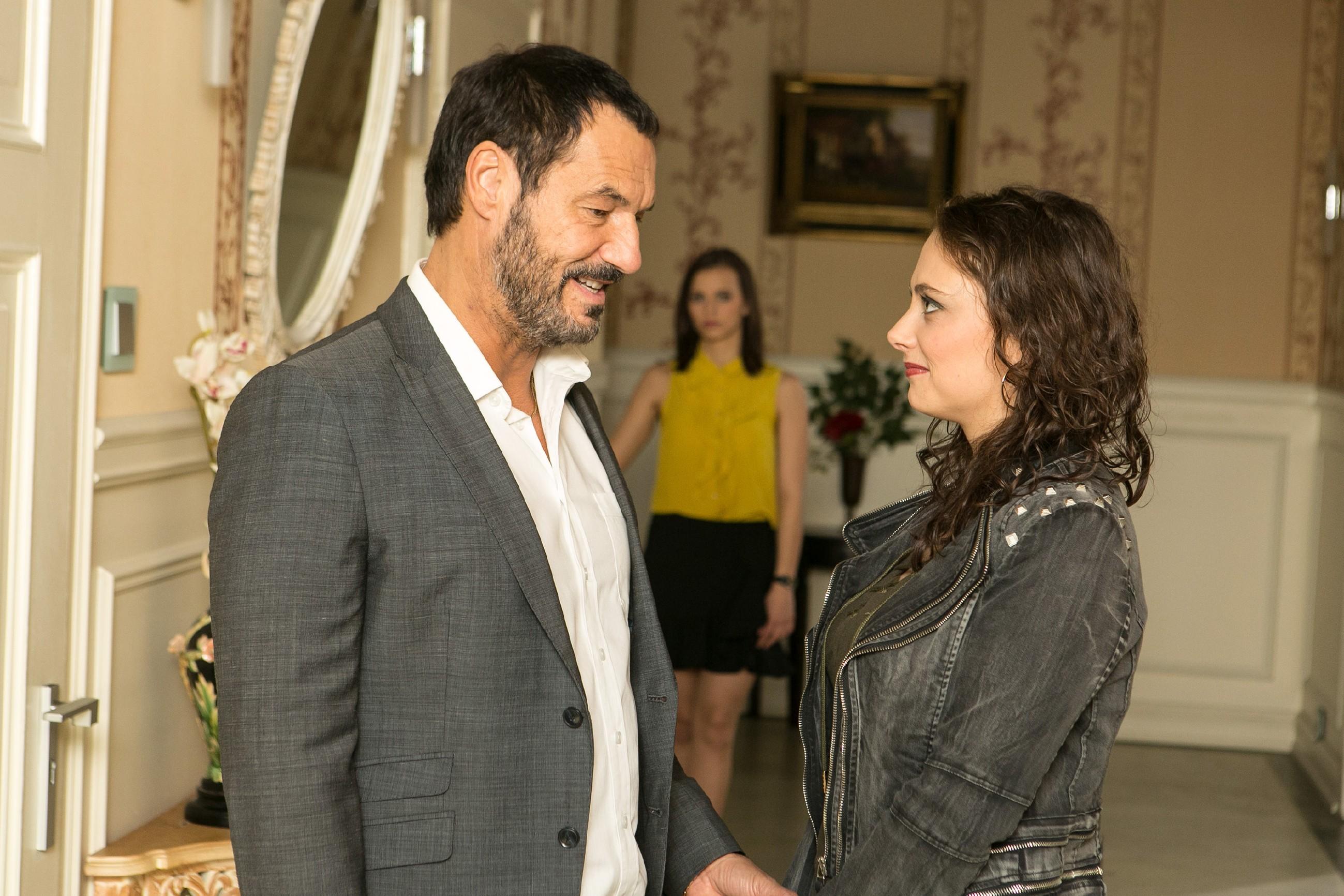 Carmen (Heike Warmuth, r.) befürchtet von Michelle (Franziska Benz) in Bezug auf Richard (Silvan-Pierre Leirich) durchschaut worden zu sein. (Quelle: RTL / Kai Schulz)