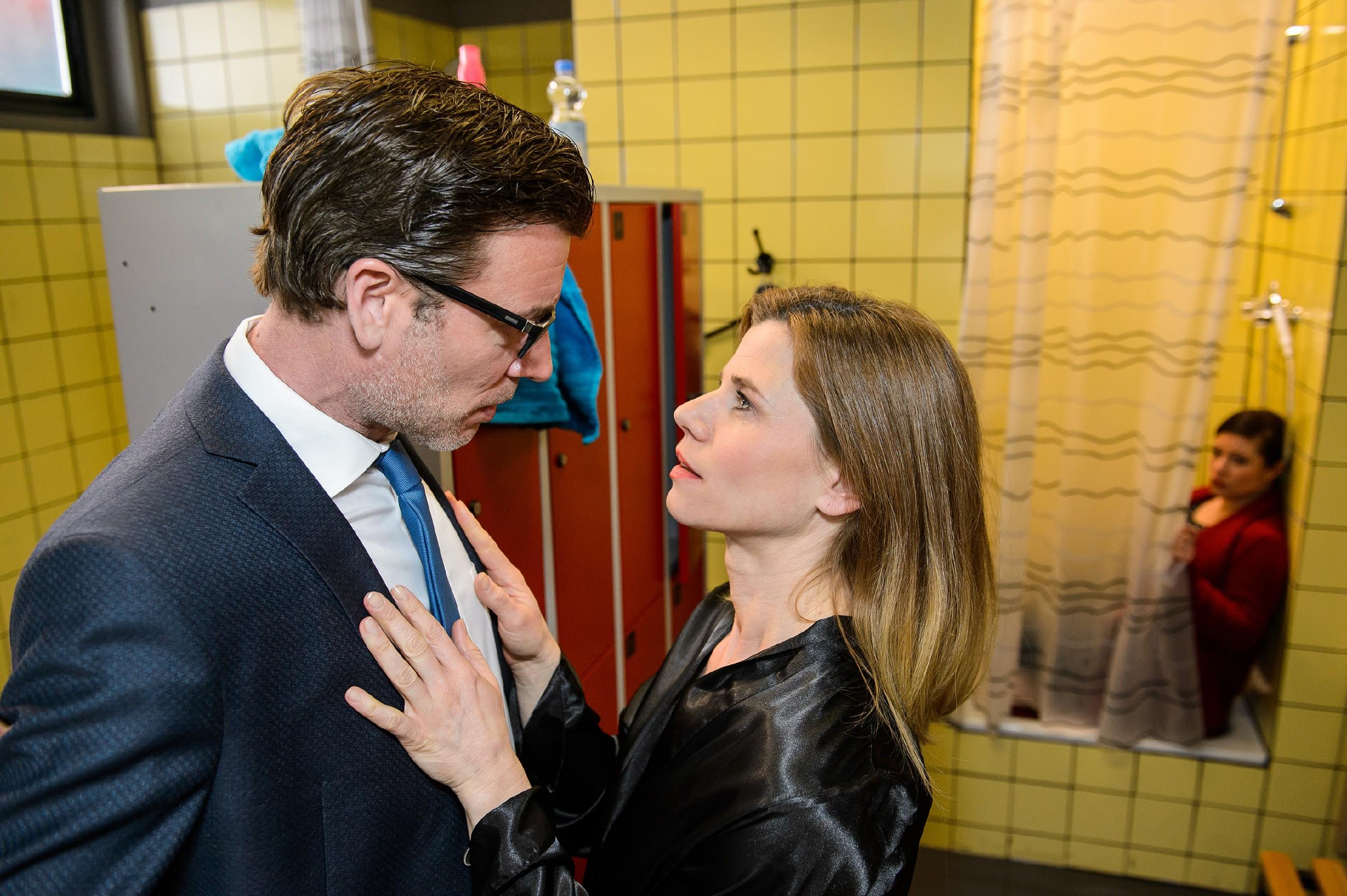Vanessa (Julia Augustin, r.) beobachtet gespannt, ob Christoph (Lars Korten) sich auf Annes (Alexandra Seefisch) Anmache einlassen wird... (Quelle: RTL / Willi Weber)