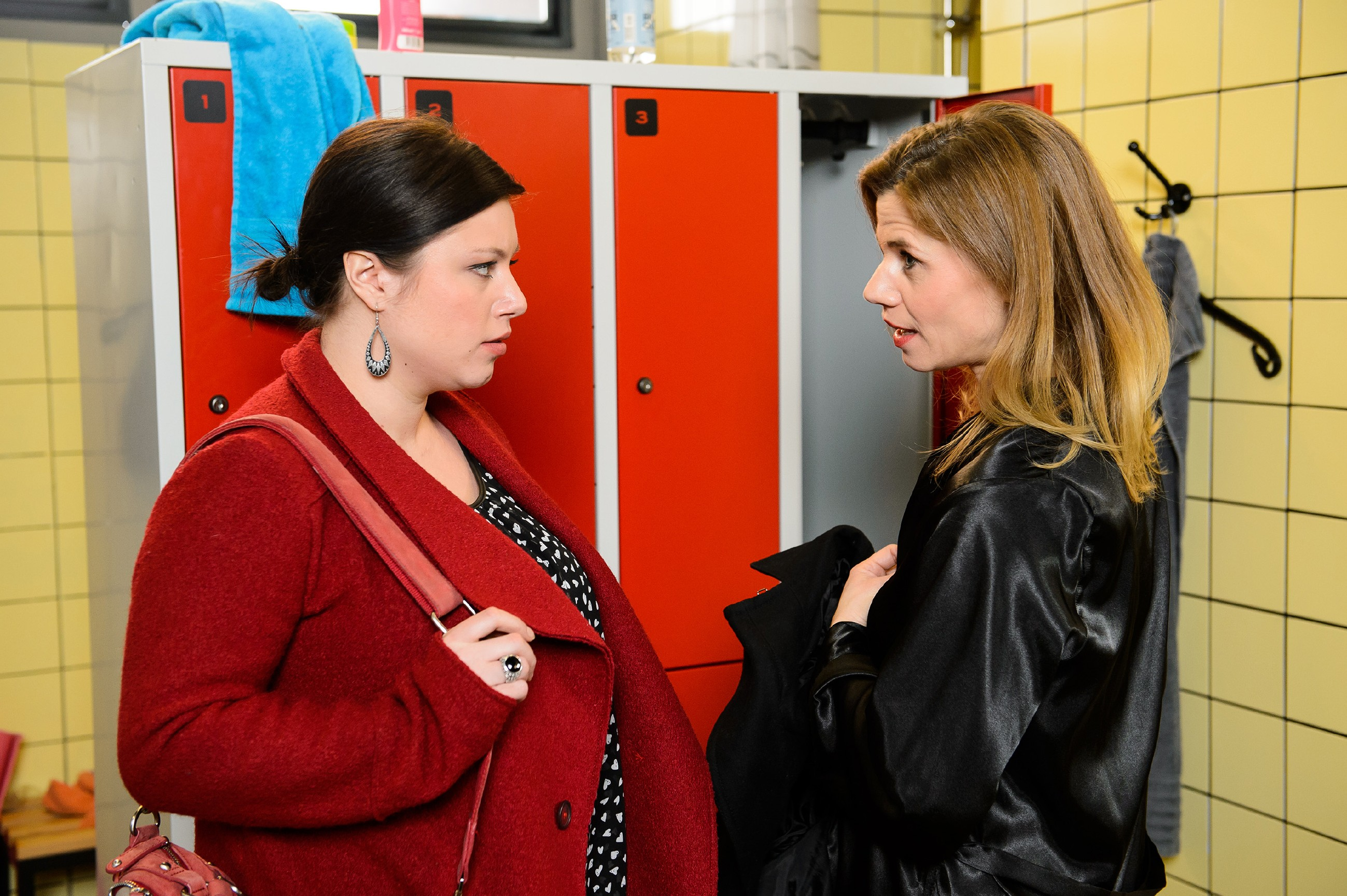 Vanessa (Julia Augustin, l.) überredet Anne (Alexandra Seefisch) dazu, Christophs Treue auf die Probe zu stellen. (Quelle: RTL / Willi Weber)