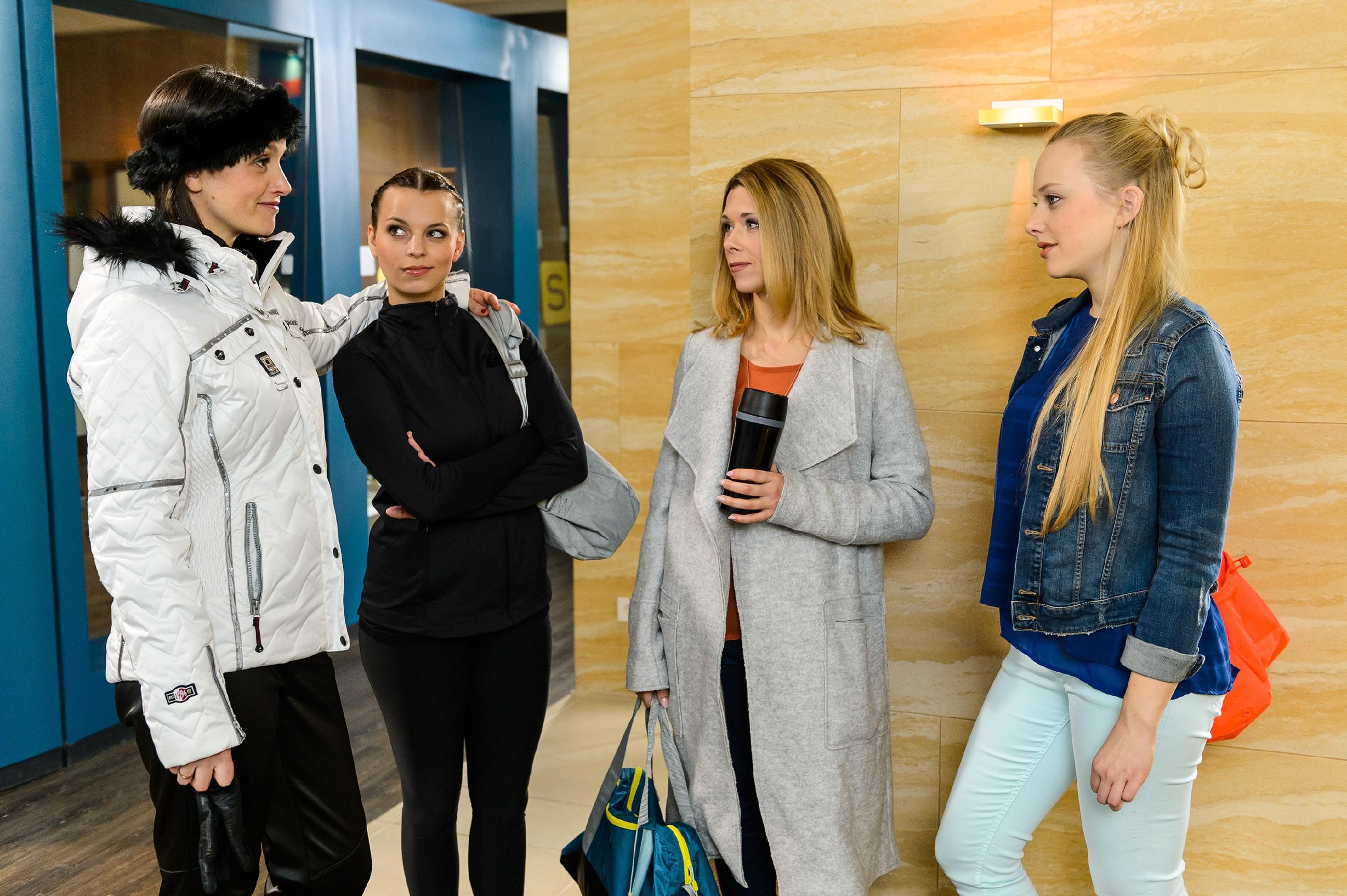 Als Marie (Judith Neumann, r.) von Jenny (Kaja Schmidt-Tychsen, l.) und Michelle (Franziska Benz, 2.v.l.) in die Enge getrieben wird, stellt sich Diana (Tanja Szewczenko) schützend vor sie. (Quelle: RTL / Willi Weber)