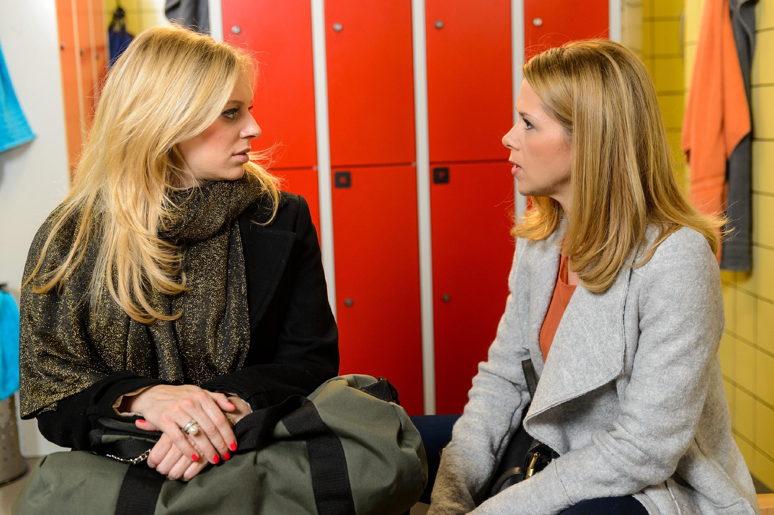 Lena (Juliette Greco, l.) fragt sich in Gegenwart von Diana (Tanja Szewczenko), was zwischen ihr und Marian schiefgelaufen ist. (Quelle: RTL / Willi Weber)