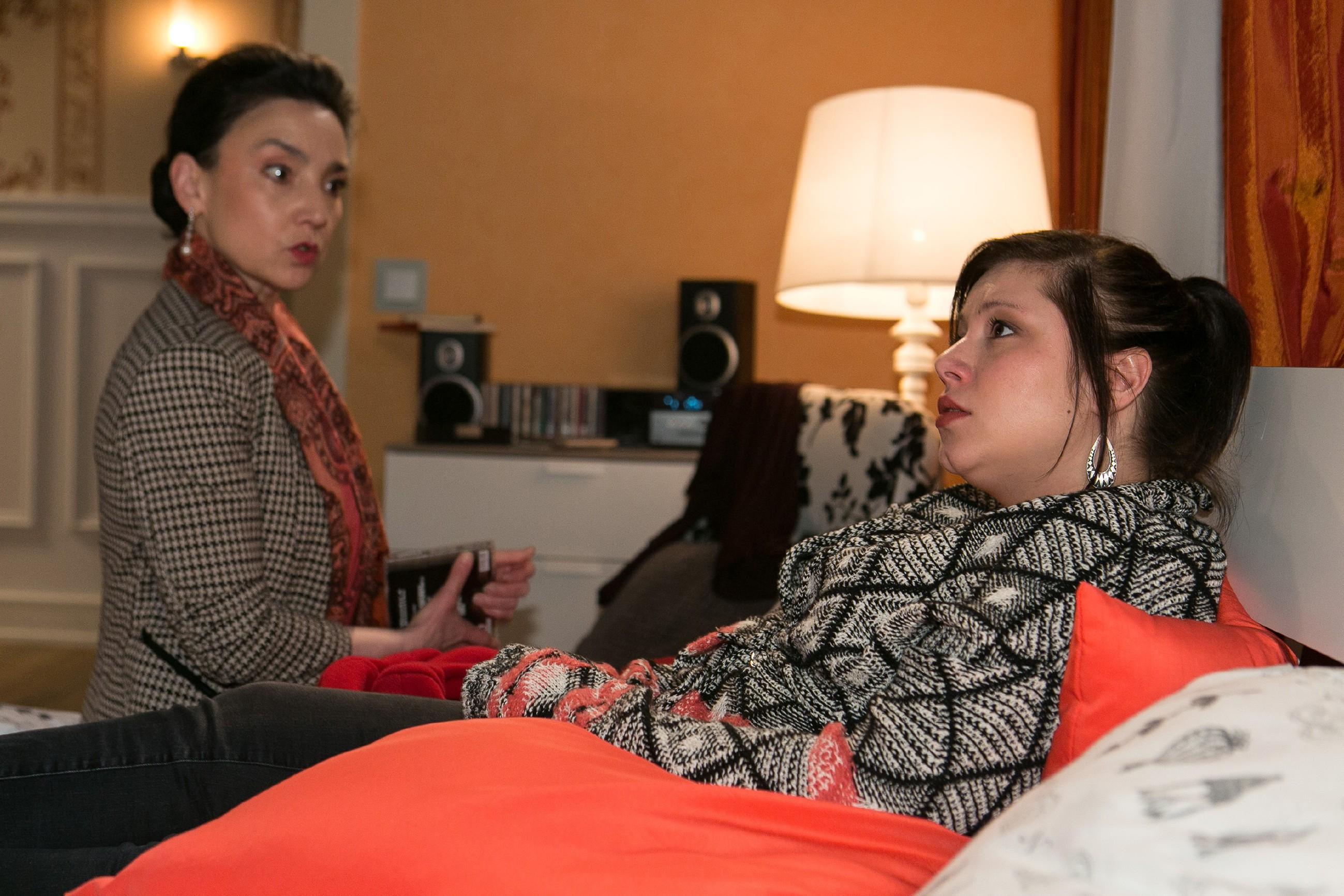 Vanessa (Julia Augustin, r.) erzählt Simone (Tatjana Clasing) von ihrer Befürchtung, Christoph vergrämt zu haben. (Quelle: RTL / Kai Schulz)