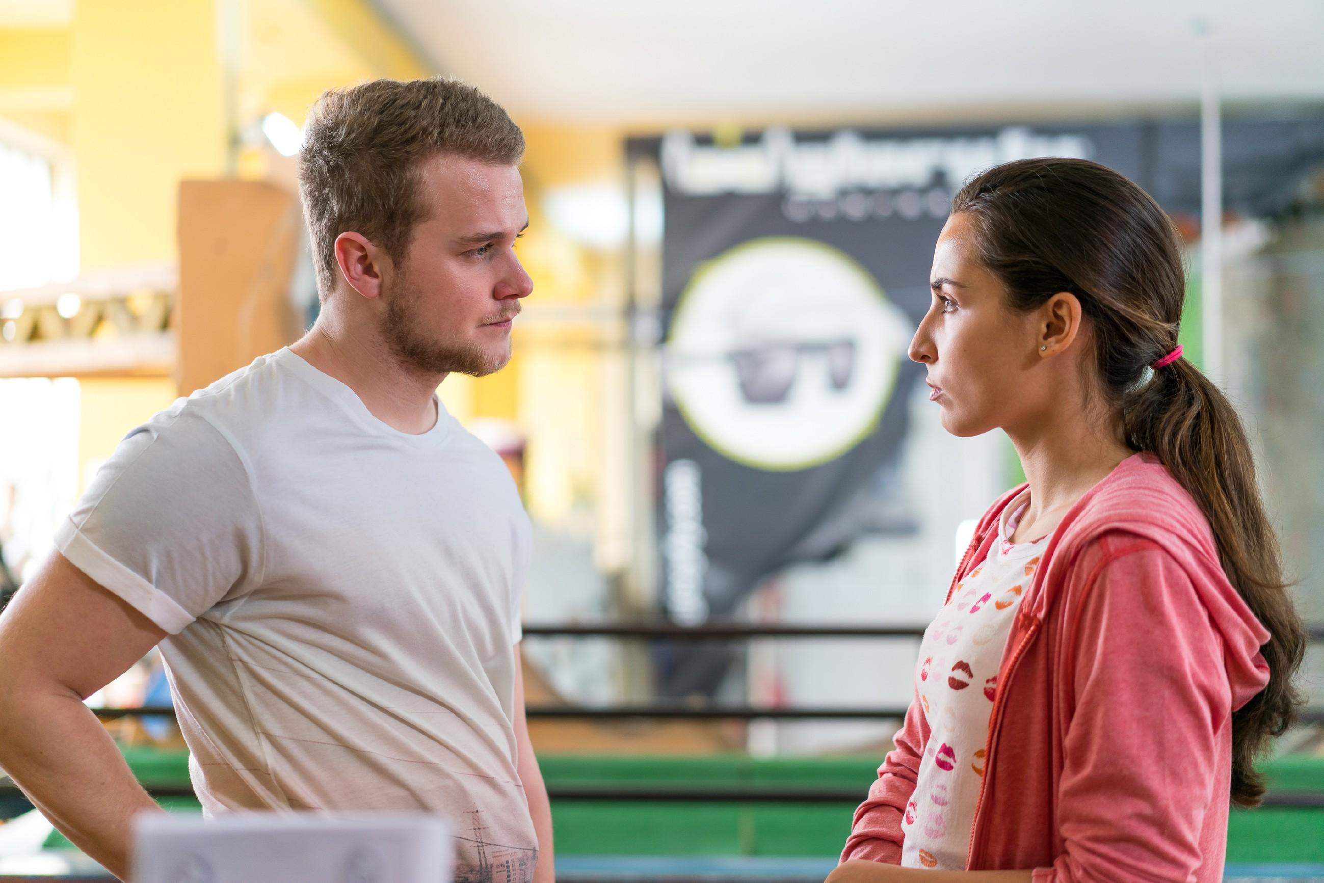 Selma (Rona Özkan) überrascht Jonas (Felix van Deventer) mit einem Besuch in der Kletterhalle, nicht ahnend, dass der unter Höhenangst leidet. (Quelle: RTL / Sebastian Geyer)