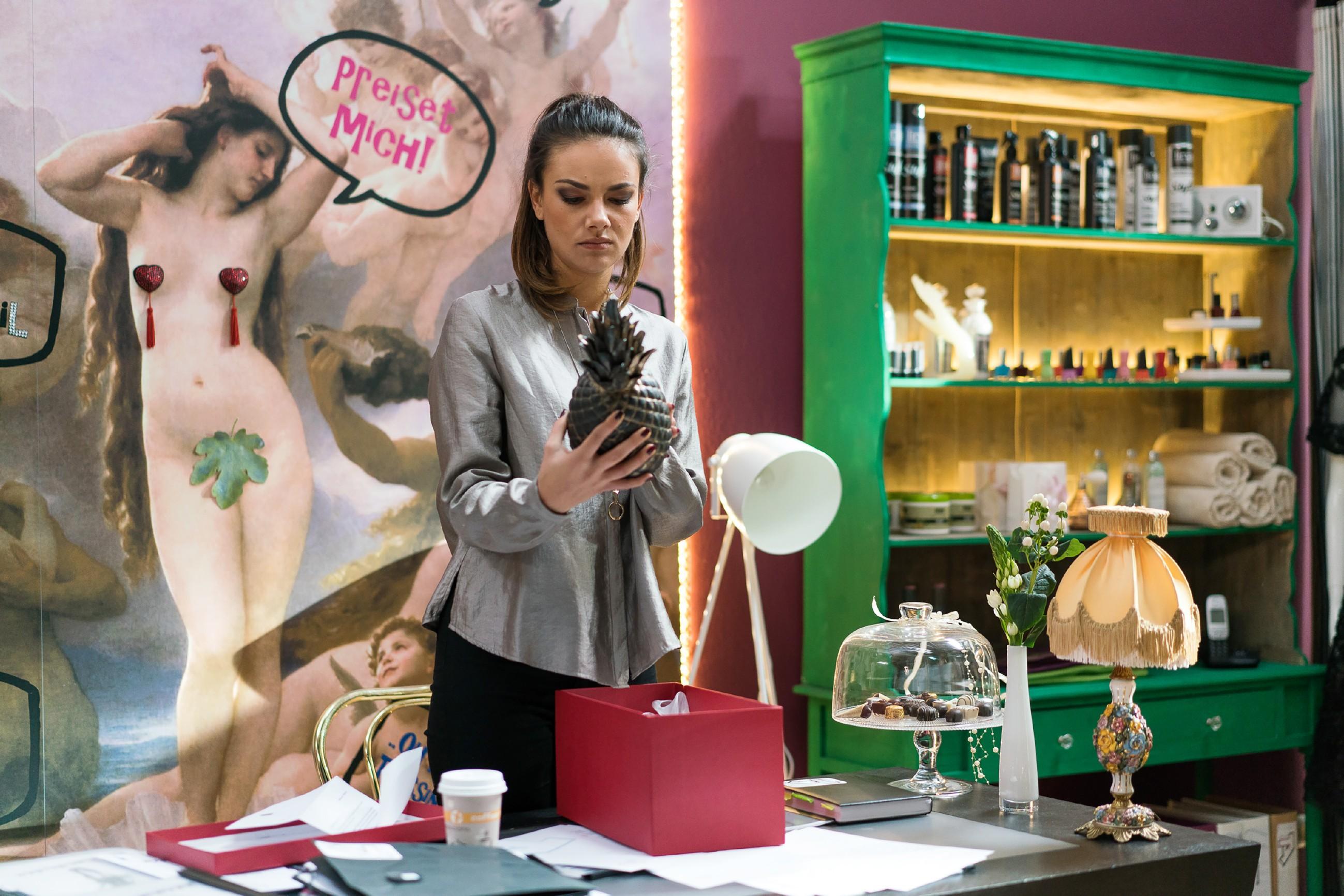 Jasmin (Janina Uhse) tappt ahnungslos in die Falle, als Sie die Tatwaffe per Paketbote zugestellt bekommt und ihre Fingerabdrücke darauf hinterlässt. (Quelle: RTL / Sebastian Geyer)