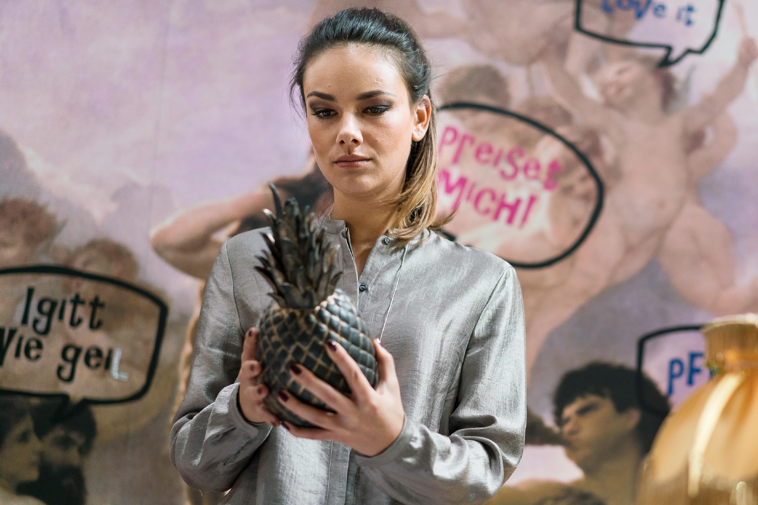 Anni (Linda Marlen Runge, l.) bemerkt, dass Jasmin (Janina Uhse) darüber nachdenkt, ob Frederic nicht doch in Deutschland zu Tode gekommen sein könnte. (Quelle: RTL / Rolf Baumgartner)
