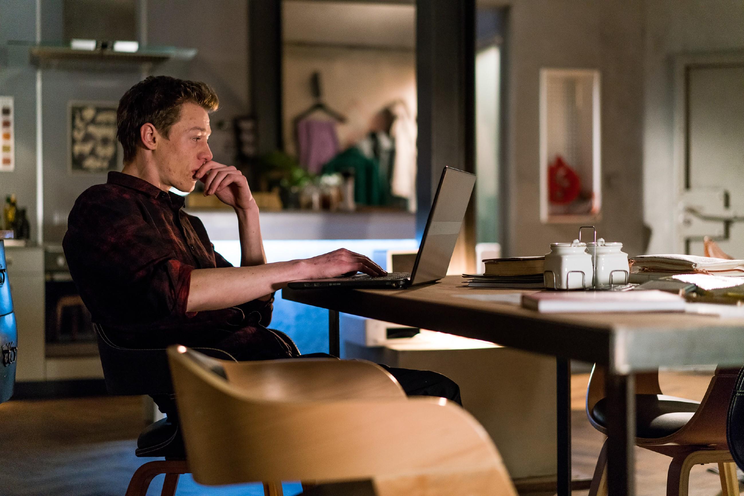 Vince' (Vincent Krüger) Uneinsicht, dass er sich zum Negativen entwickelt, steht immer mehr zwischen ihm und Sunny.