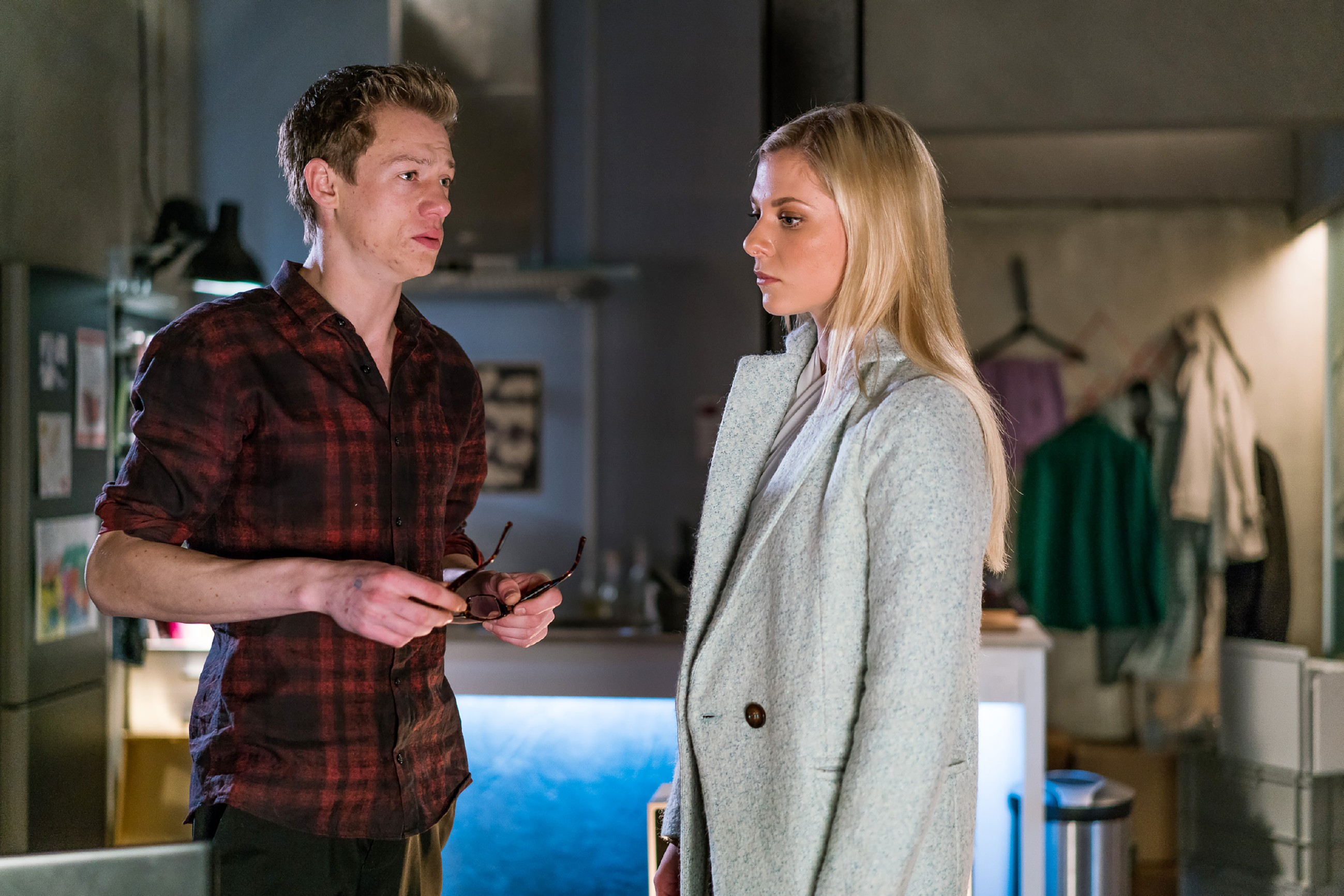 Sunny (Valentina Pahde) ist fassungslos und erkennt Vince (Vincent Krüger) nicht wieder: er ist bereit, eine Freundin seiner Karriere zu opfern?
