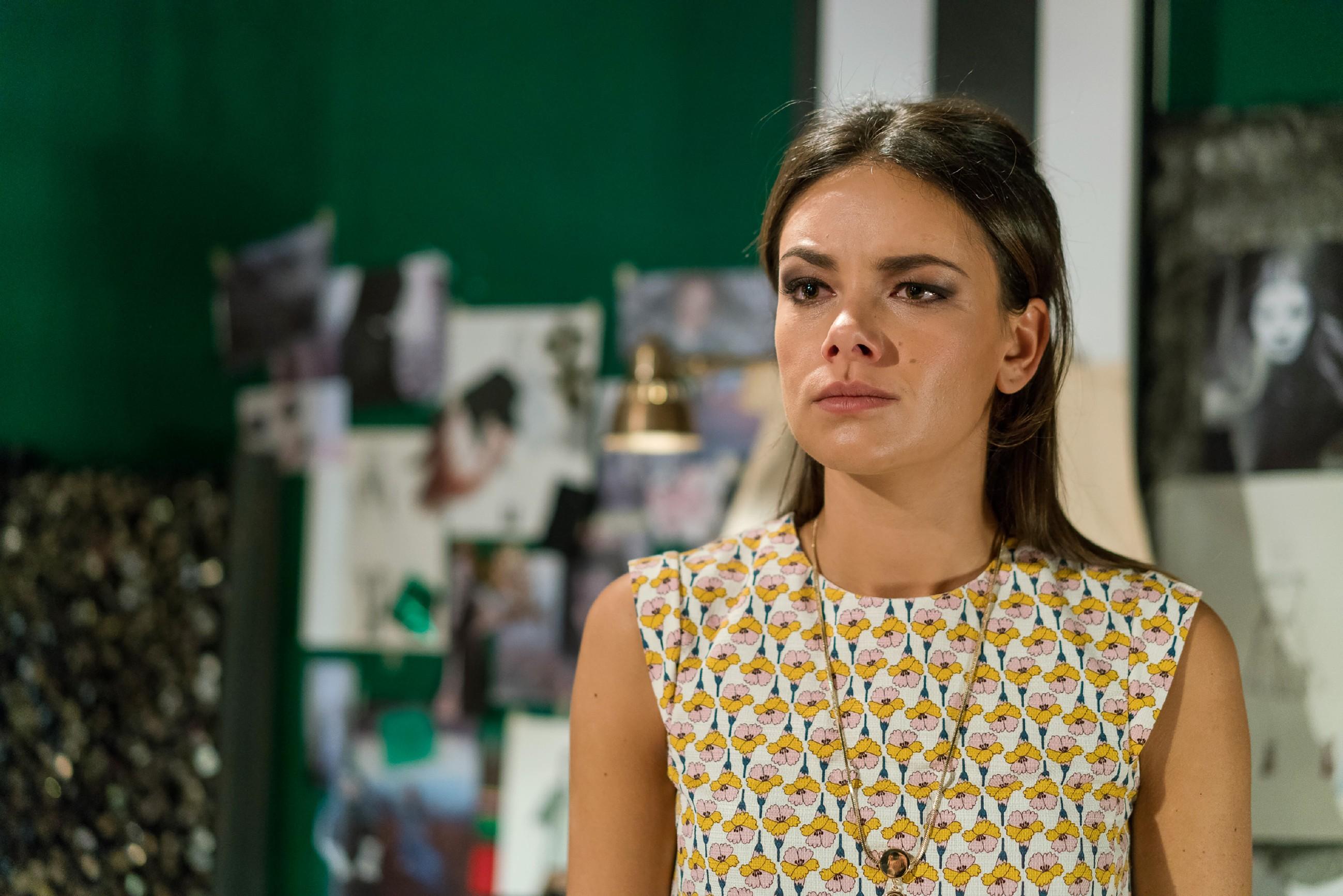 Jasmin (Janina Uhse) erfährt geschockt, dass Katrin unter Verdacht steht, Frederic getötet und seine Leiche beseitigt zu haben. (Quelle: RTL / Sebastian Geyer)