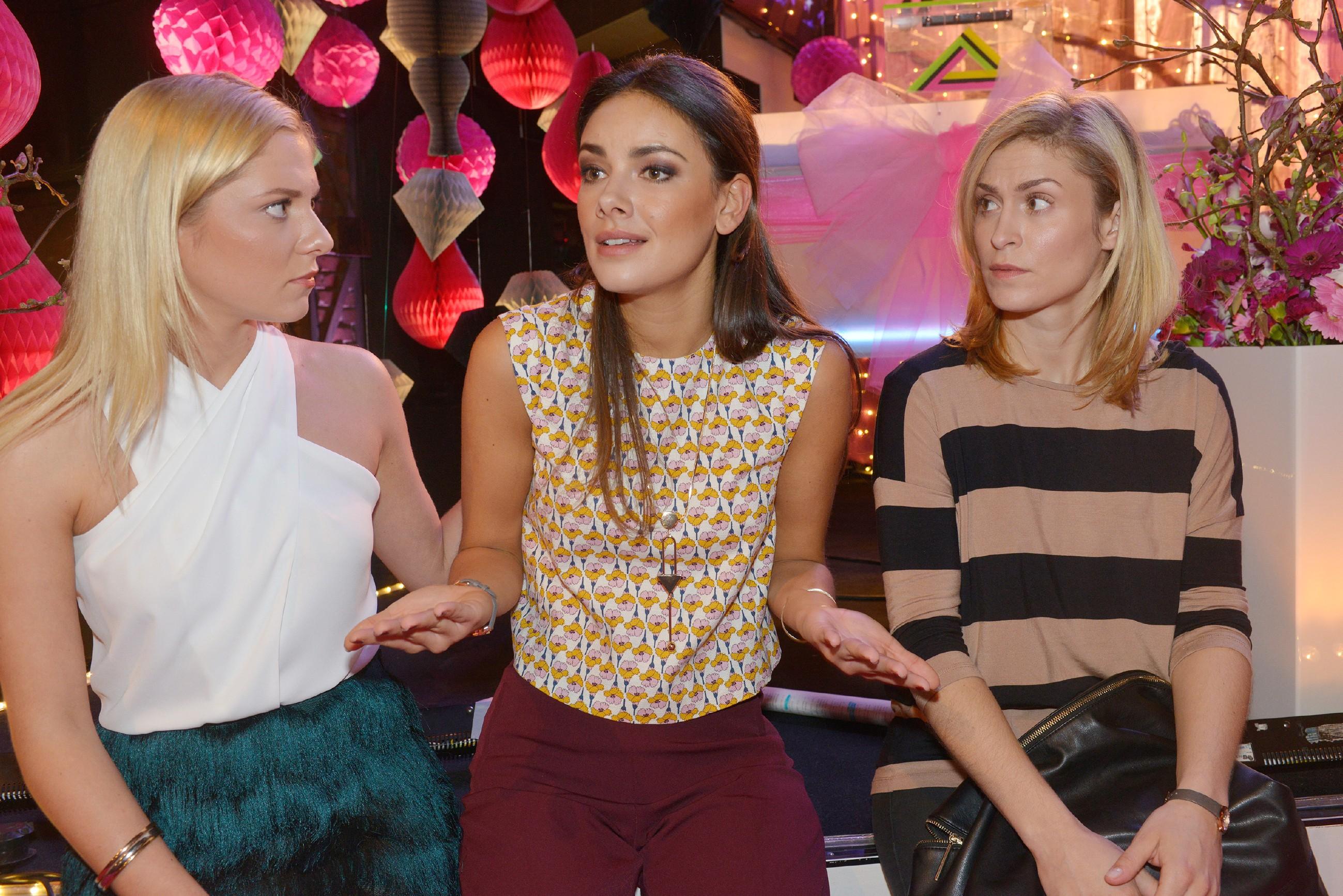 Sunny (Valentina Pahde, l.), Jasmin (Janina Uhse, M.) und Sophie (Lea Marlen Woitack) hoffen, dass der potentielle Kunde von Tussi Attack nicht doch noch abspringt. (Quelle: RTL / Rolf Baumgartner)