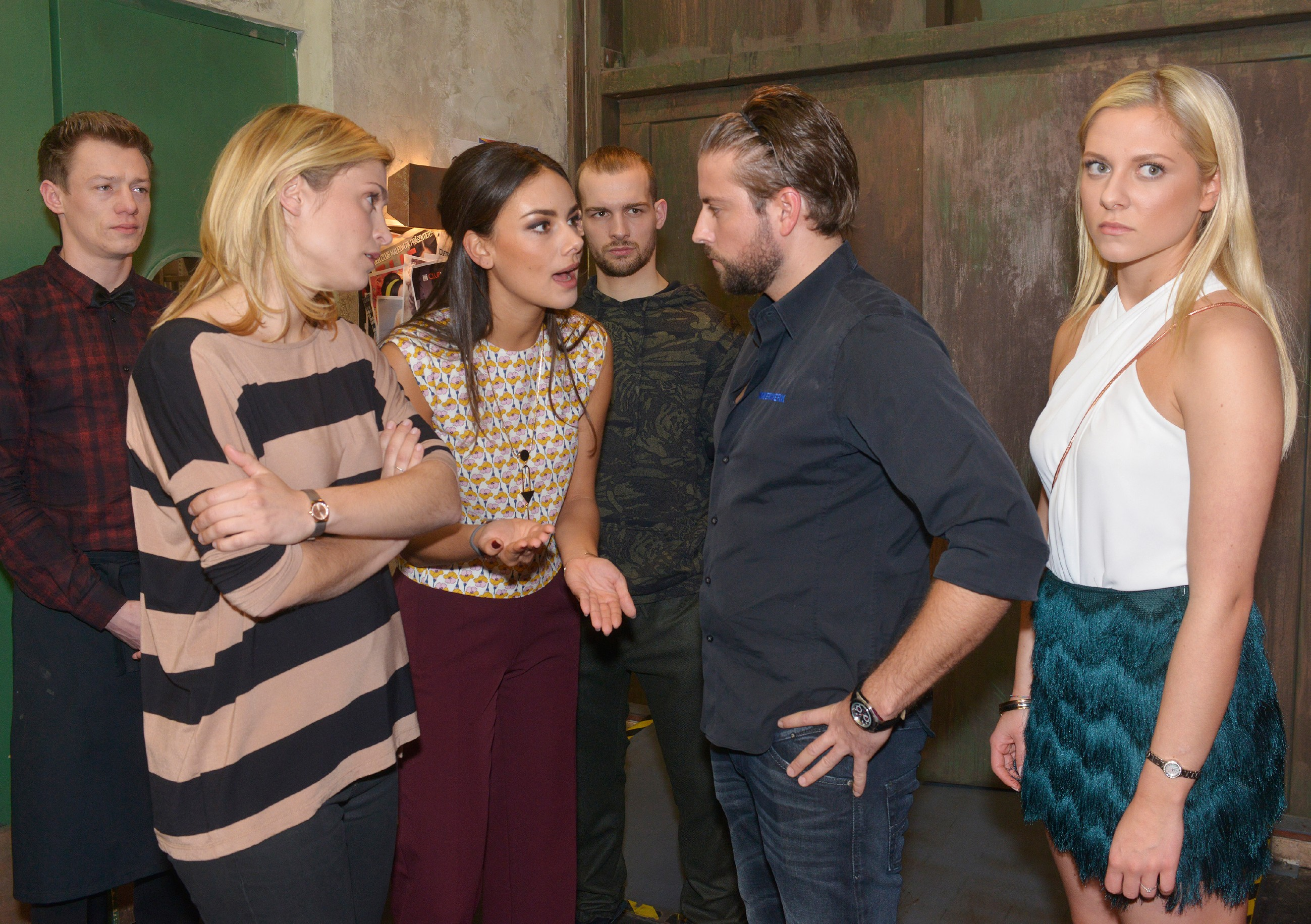 V.l.: Vince (Vincent Krüger), Sophie (Lea Marlen Woitack), Jasmin (Janina Uhse), Chris (Eric Stehfest), John (Felix von Jascheroff) und Sunny (Valentina Pahde) fragen sich, wer das Kokain im Mauerwerk deponiert hat. (Quelle: RTL / Rolf Baumgartner)