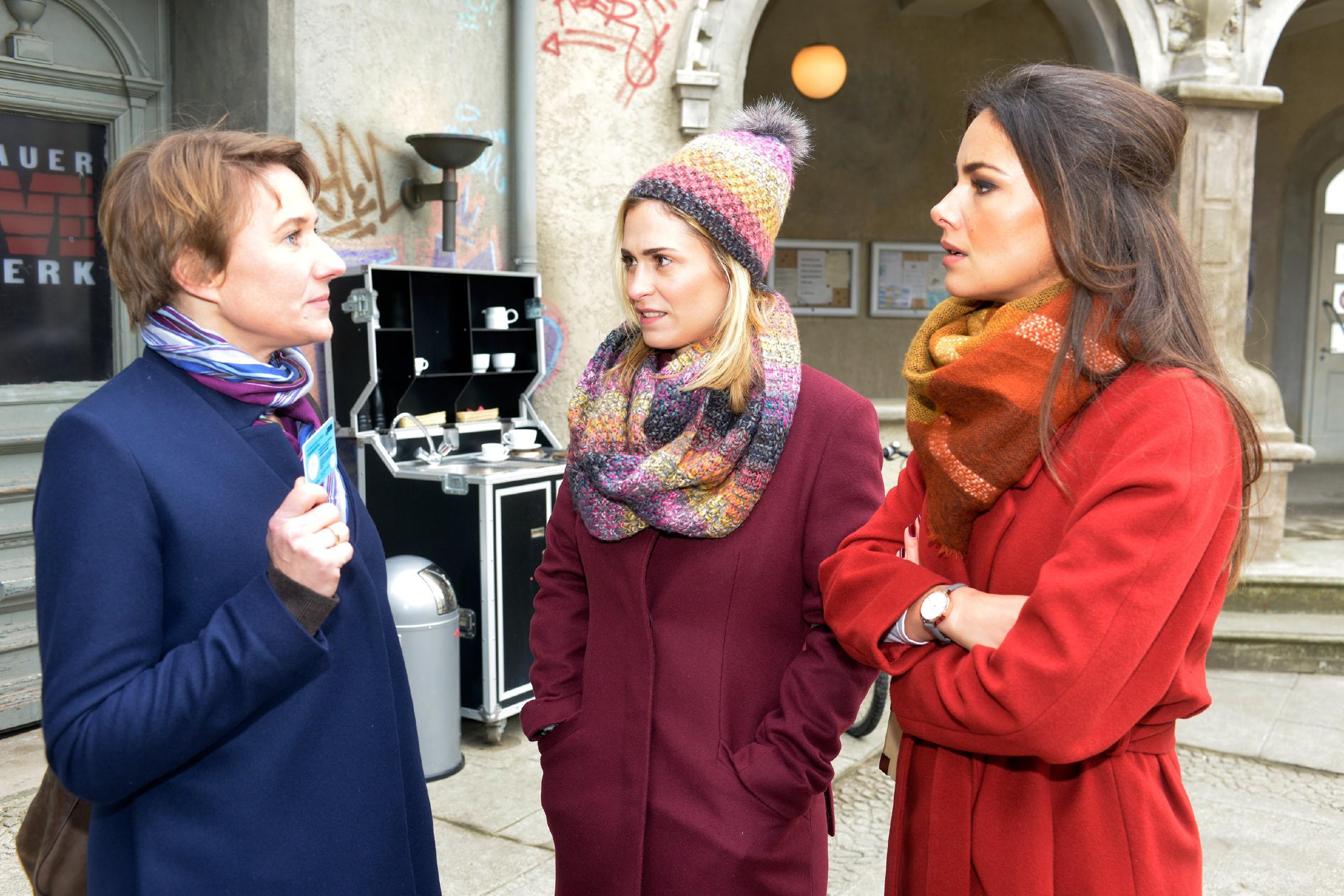 Sophie (Lea Marlen Woitack, M.) versteht nicht, warum Jasmin (Janina Uhse) von der Kommissarin Knappe (Meike Schlüter) auf den Tod von Frederic angesprochen wird. (Quelle: RTL / Rolf Baumgartner)