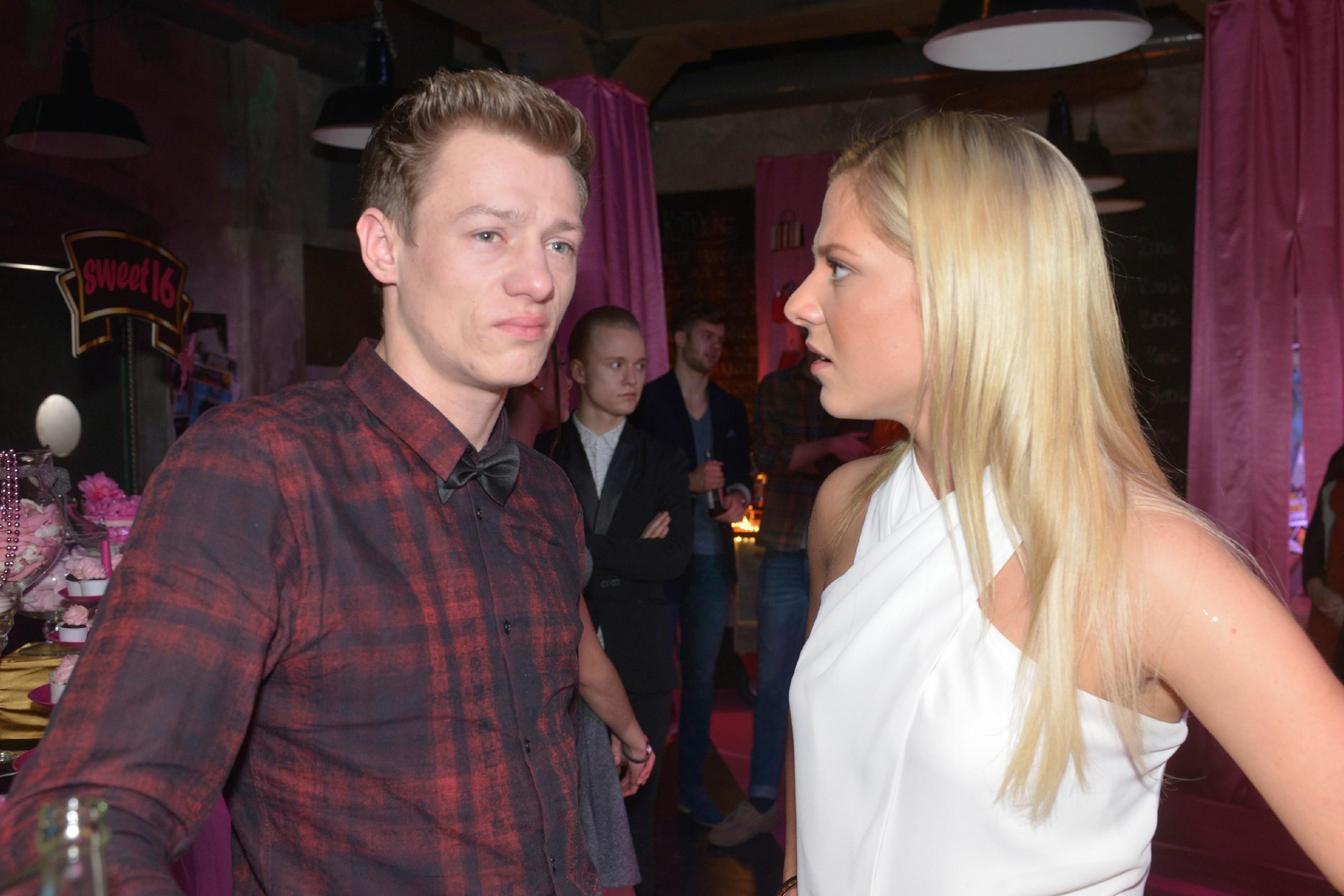 Sunny (Valentina Pahde) kann Vince' (Vincent Krüger)Verhalten Jasmin gegenüber überhaupt nicht verstehen.