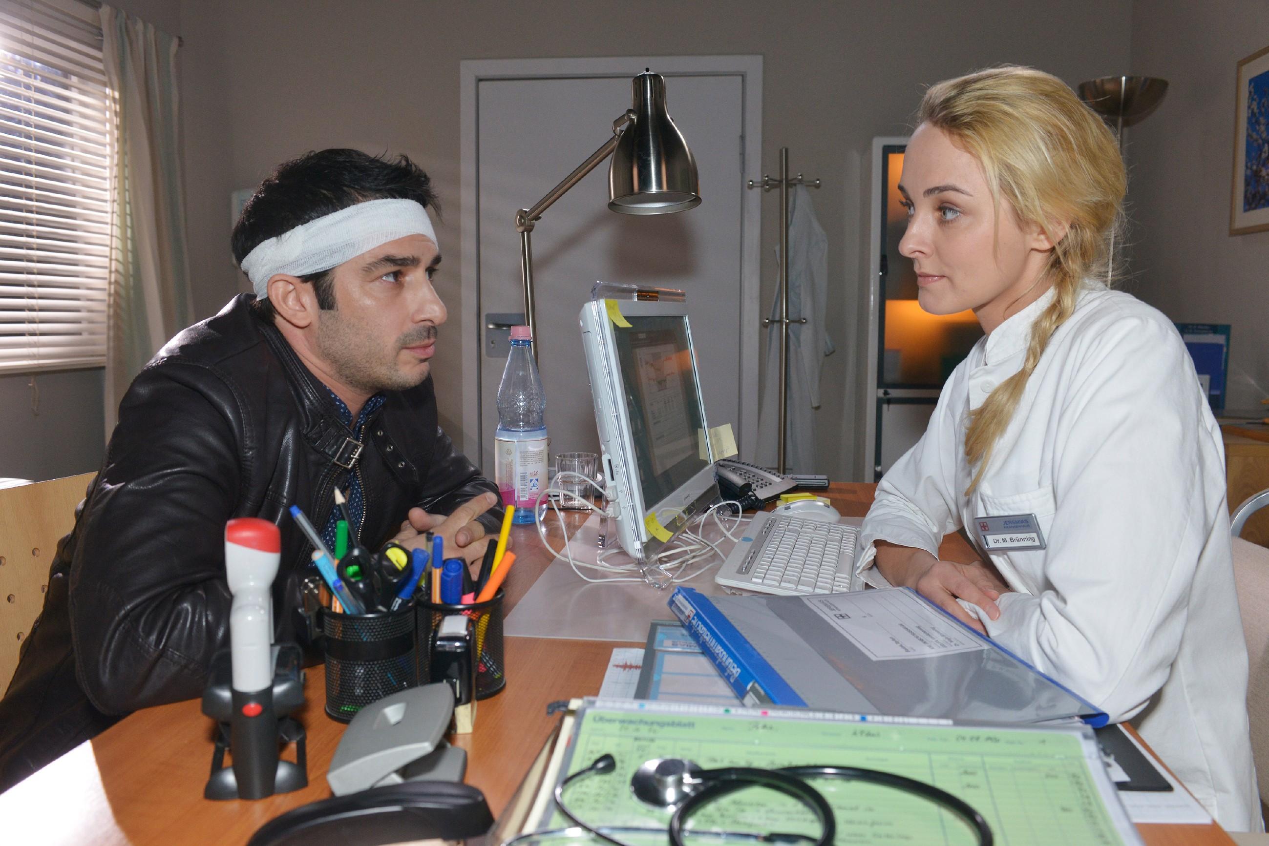 Tayfun (Tayfun Baydar) sucht den Rat seiner Ärztin Dr. Maja Brünning (Anne-Catrin Märzke), die ihm erklärt, dass seine Emotionen nach der OP gestört sind. (Quelle: RTL / Rolf Baumgartner)