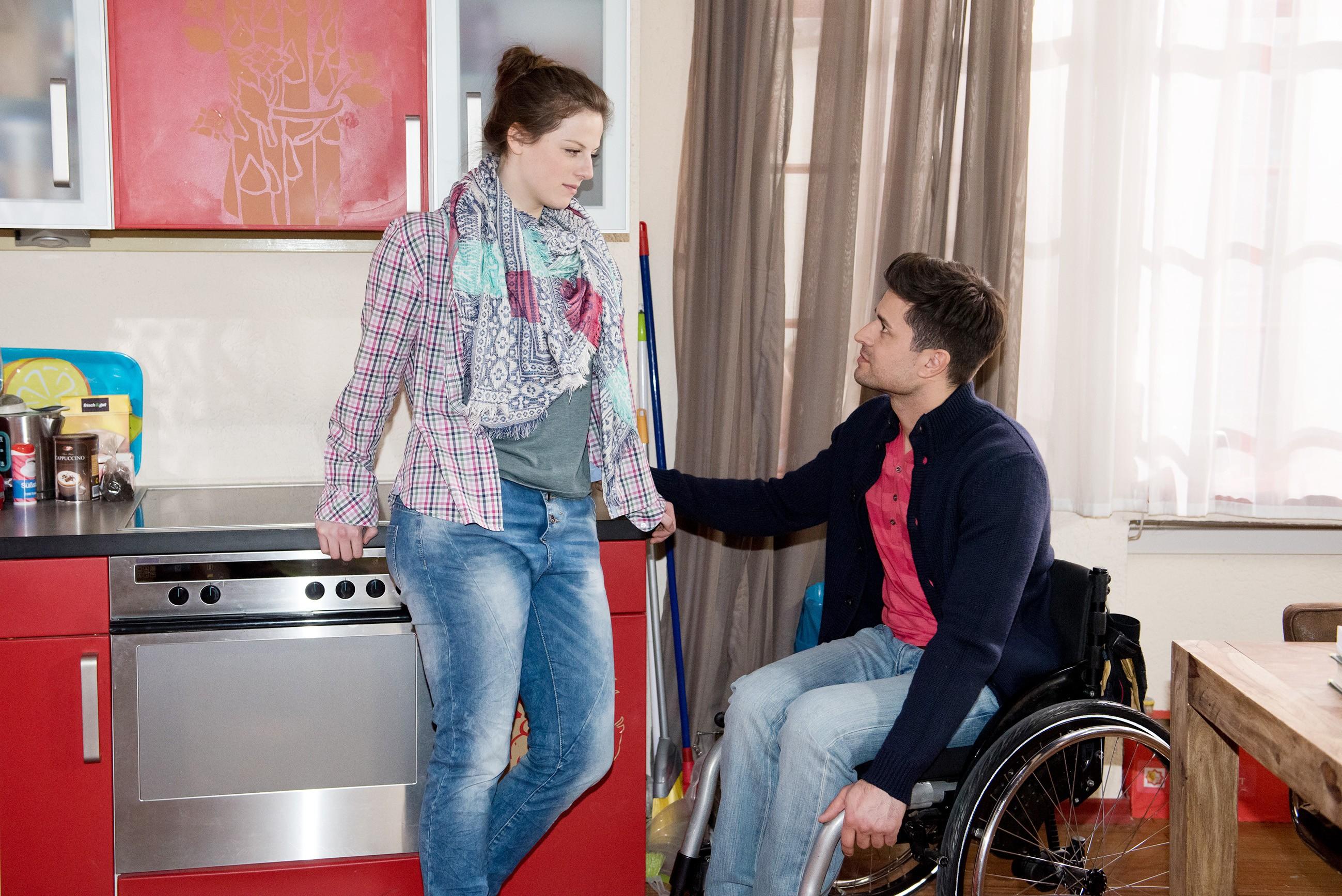 Paco (Milos Vukovic) versucht vergeblich, Elli (Nora Koppen) aufzubauen, die sich mal wieder für die Schuldige an Pacos Problem fühlt. (Quelle: RTL / Stefan Behrens)