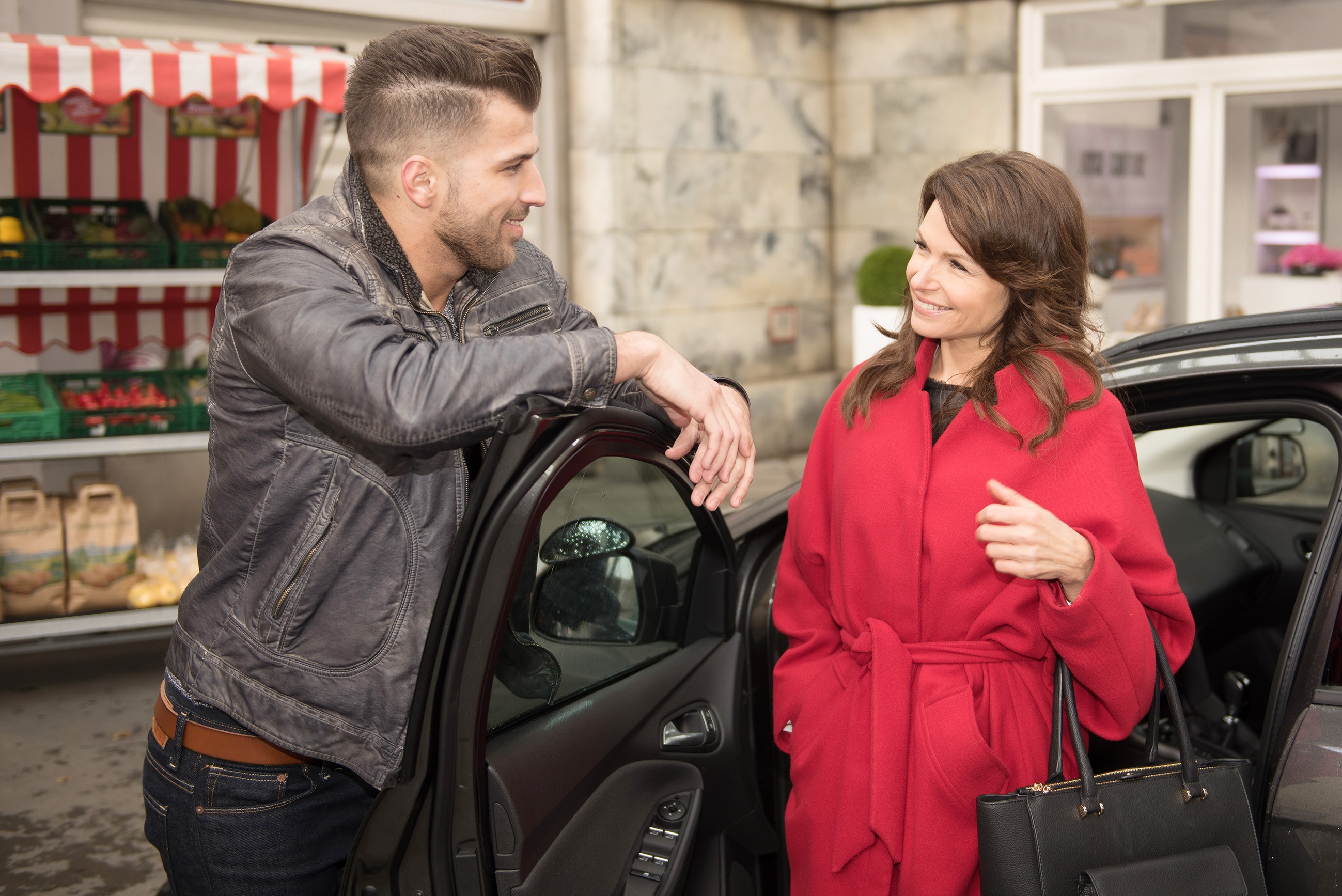 Brittas (Tabea Heynig) Ärger über Rufus verfliegt angesichts ihres attraktiven Fahrlehrers Anton (Michael Bruch). (Quelle: RTL / Stefan Behrens)