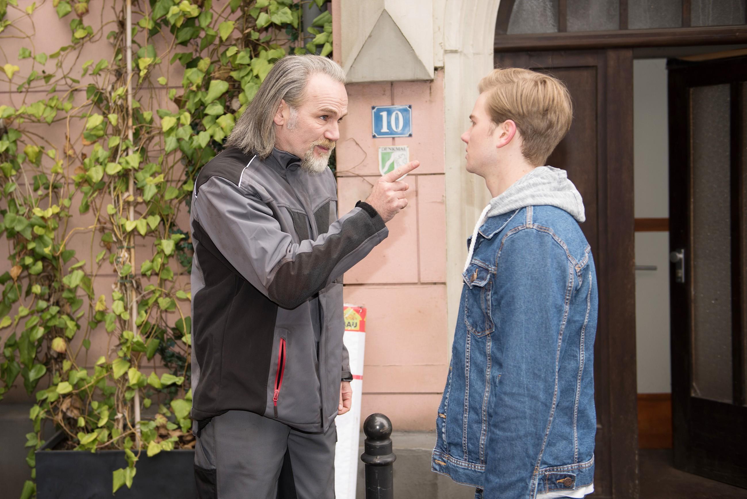 Erschrocken muss Valentin (Aaron Koszuta, r.) feststellen, dass seine Lüge, dass seine Eltern über seinen Aufenthalt in der Schillerallee Bescheid wissen, vor Robert (Luca Maric) aufgeflogen ist. (Quelle: RTL / Stefan Behrens)