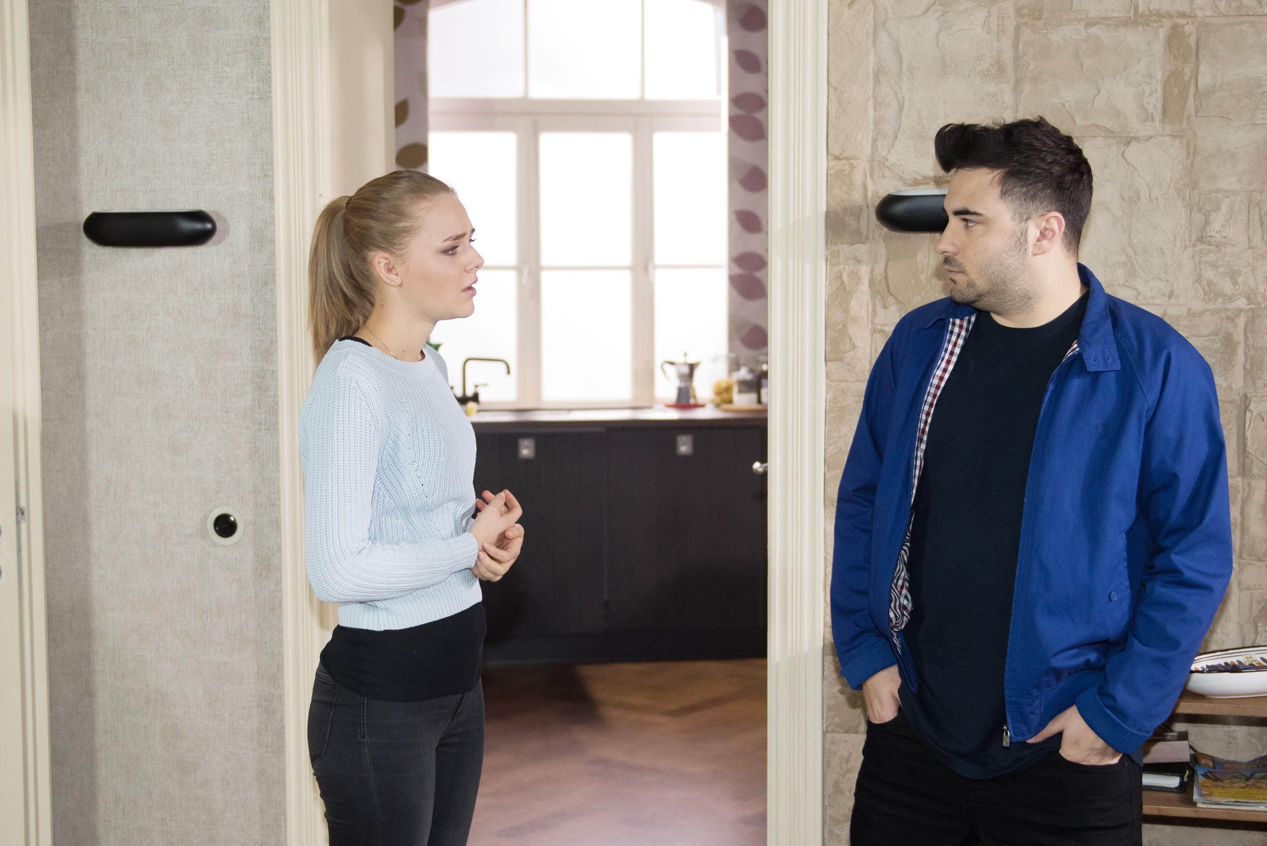 Easy (Lars Steinhöfel) stellt Fiona (Olivia Burkhart) nach seiner Rückkehr verärgert zur Rede. (Quelle: RTL / Stefan Behrens)