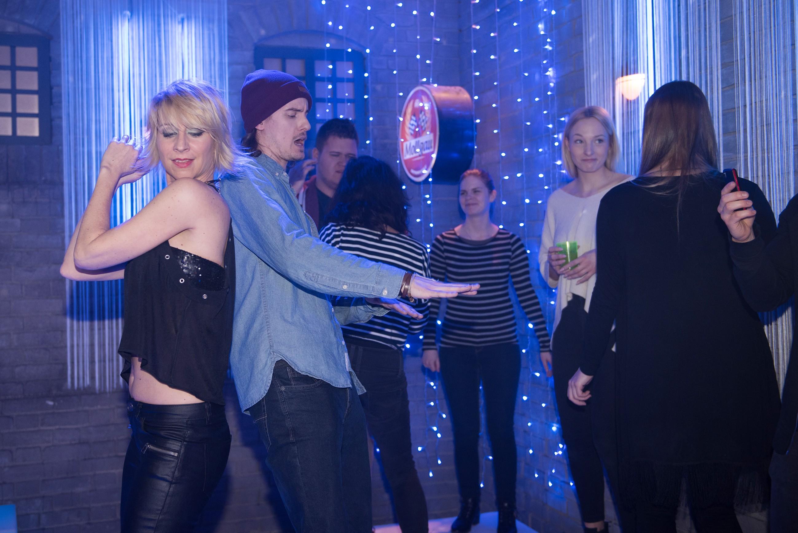 Ute (Isabell Hertel, l.) gibt auf Bambis Party Gas und bemerkt nicht, wie sie sich zum Gespött der Teenager (Komparsen) macht...(Quelle: RTL / Stefan Behrens)