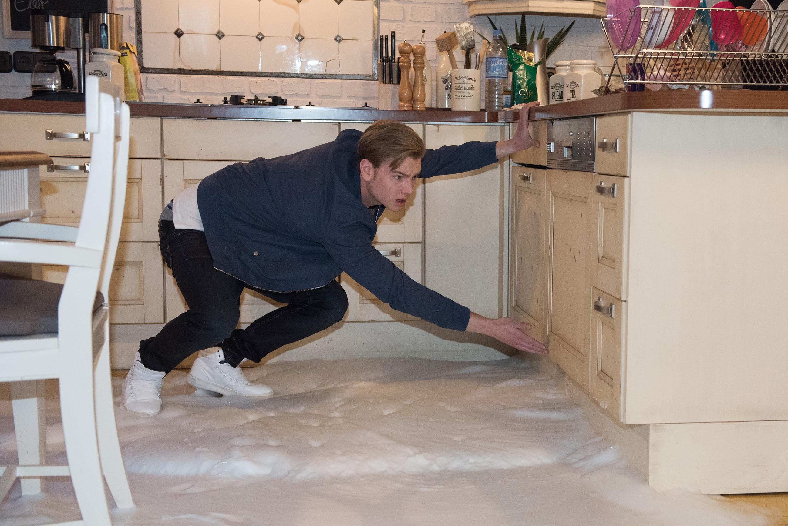 Valentin (Aaron Koszuta) wird klar, dass er mit seiner Unkenntnis die Spülmaschine ruiniert hat.(Quelle: RTL / Stefan Behrens)