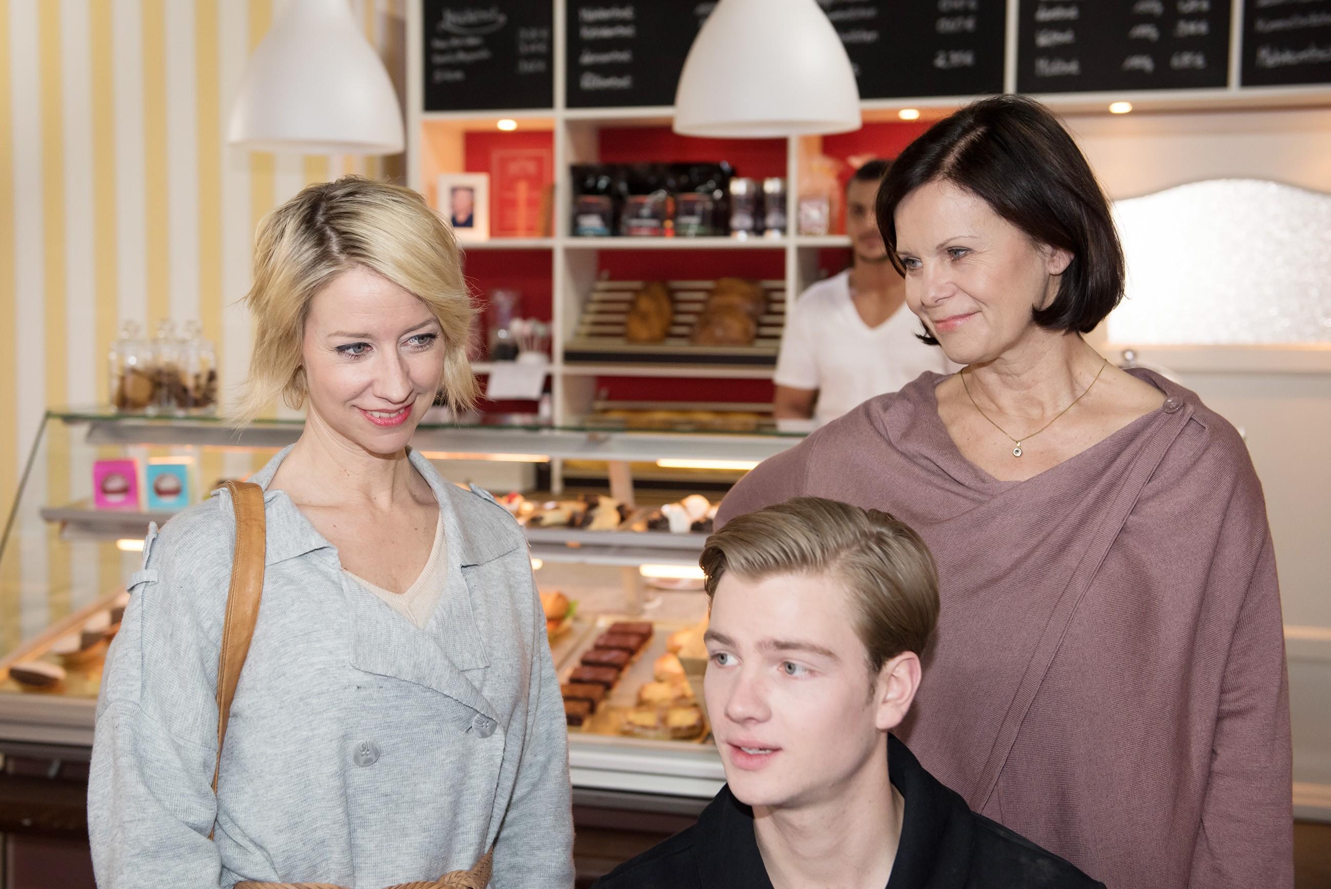 Ute (Isabell Hertel, l.) schaut versonnen auf Valentin (Aaron Koszuta), den Enkel von Irenes (Petra Blossey) Lebensgefährten Robert und freut sich auf den bevorstehenden Besuch ihres Sohnes Conor. (Quelle: RTL / Stefan Behrens)