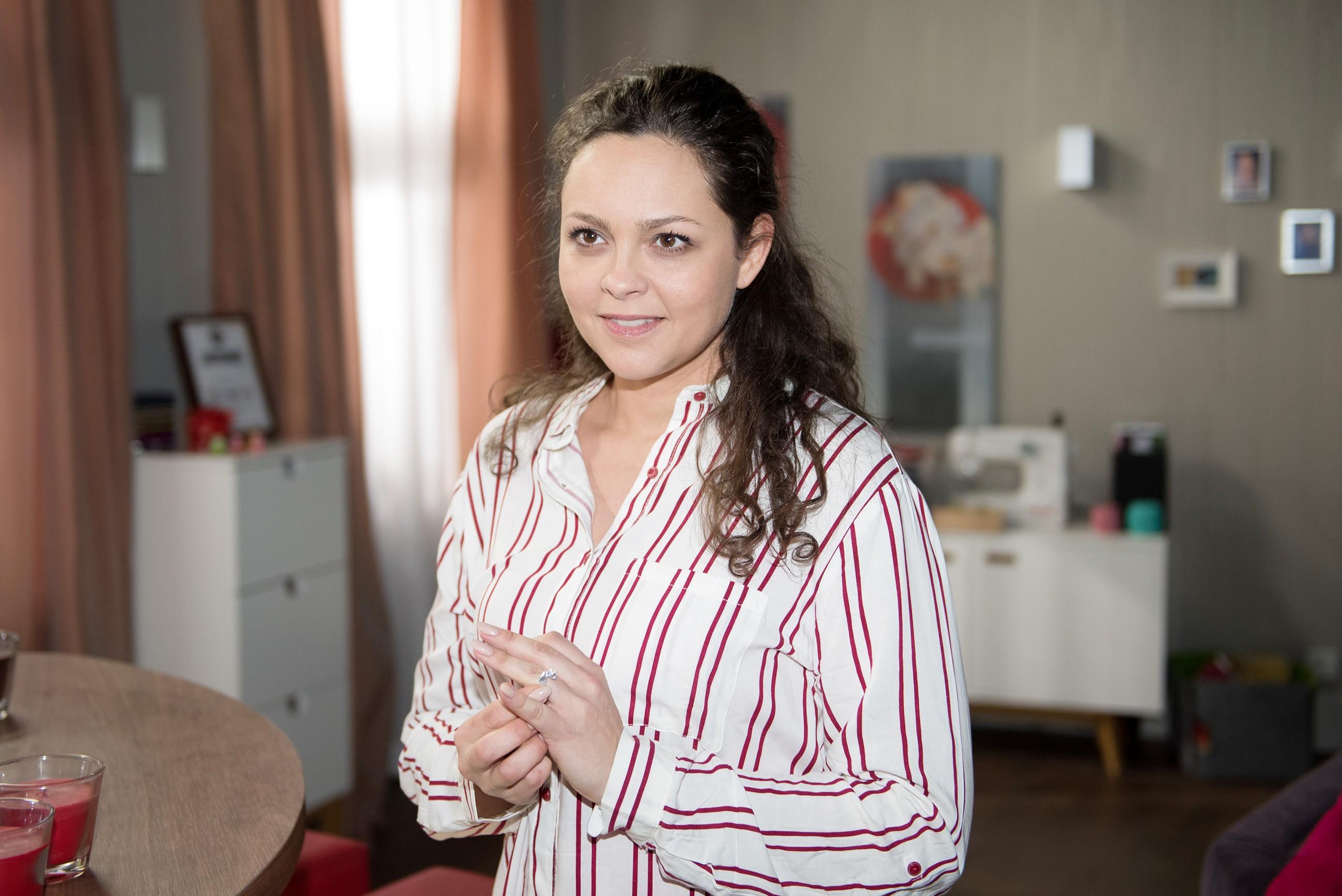 Caro (Ines Kurenbach) ist insgeheim doch nicht so abgeneigt, Malte zu heiraten.(Quelle: RTL / Stefan Behrens)