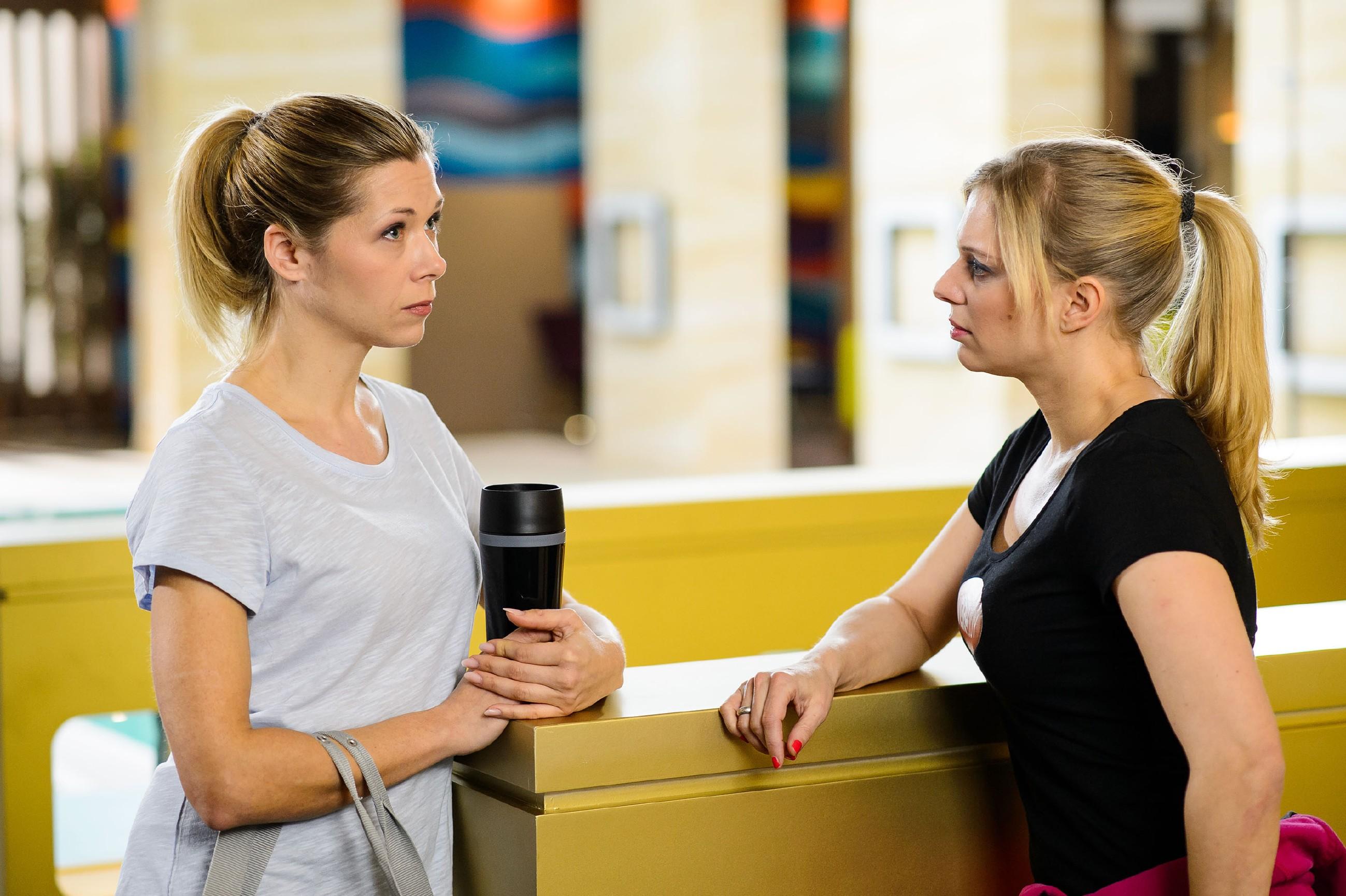 Lena (Juliette Greco, r.) gegenüber gibt Diana (Tanja Szewczenko) zwar zu, dass Ingo und sie sich geküsst haben, dass der Kuss aber etwas in ihr ausgelöst hat, behält Diana erst mal für sich. (Quelle: RTL / Willi Weber)