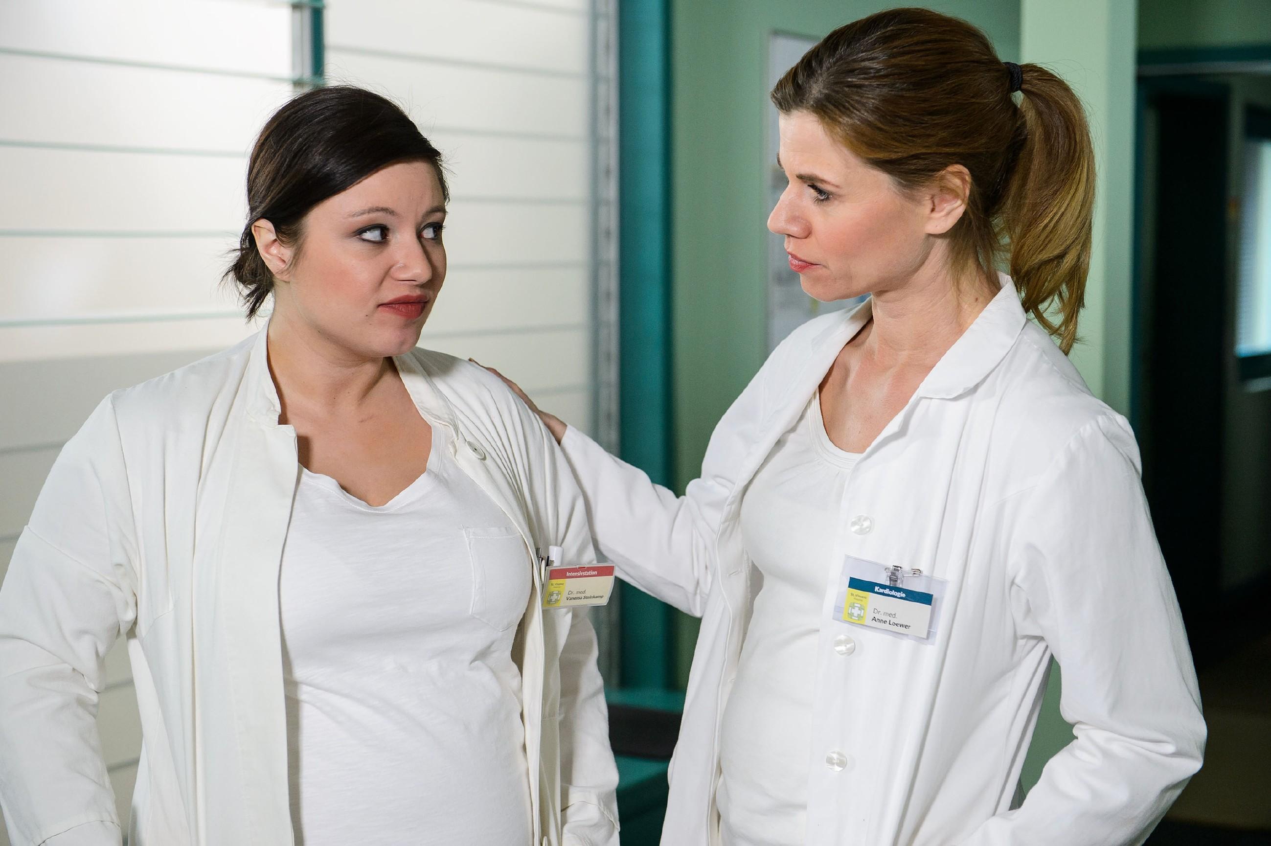 Als Vanessa (Julia Augustin, l.) bei der Arbeit plötzlich wieder flau im Magen wird, konfrontiert Anne (Alexandra Seefisch) sie mit einer unbequemen Frage... (Quelle: RTL / Willi Weber)