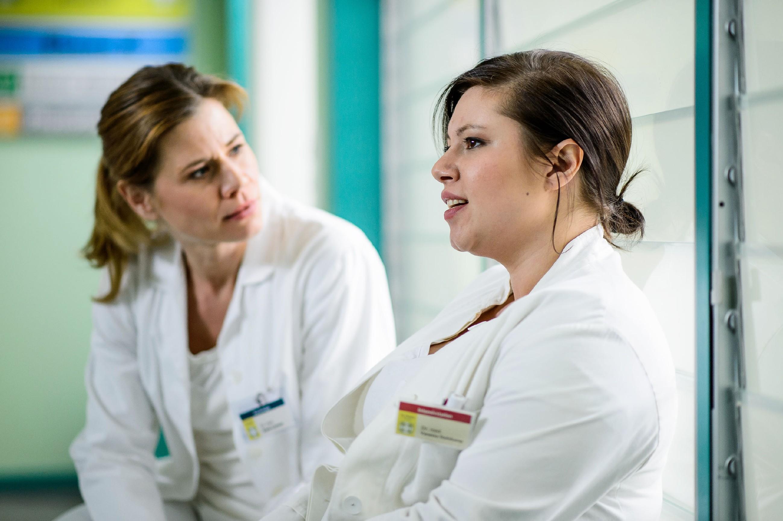 Vanessa (Julia Augustin, r.) hält Annes (Alexandra Seefisch) Verdacht, dass sie schwanger sein könnte, für völlig abwegig. (Quelle: RTL / Willi Weber)